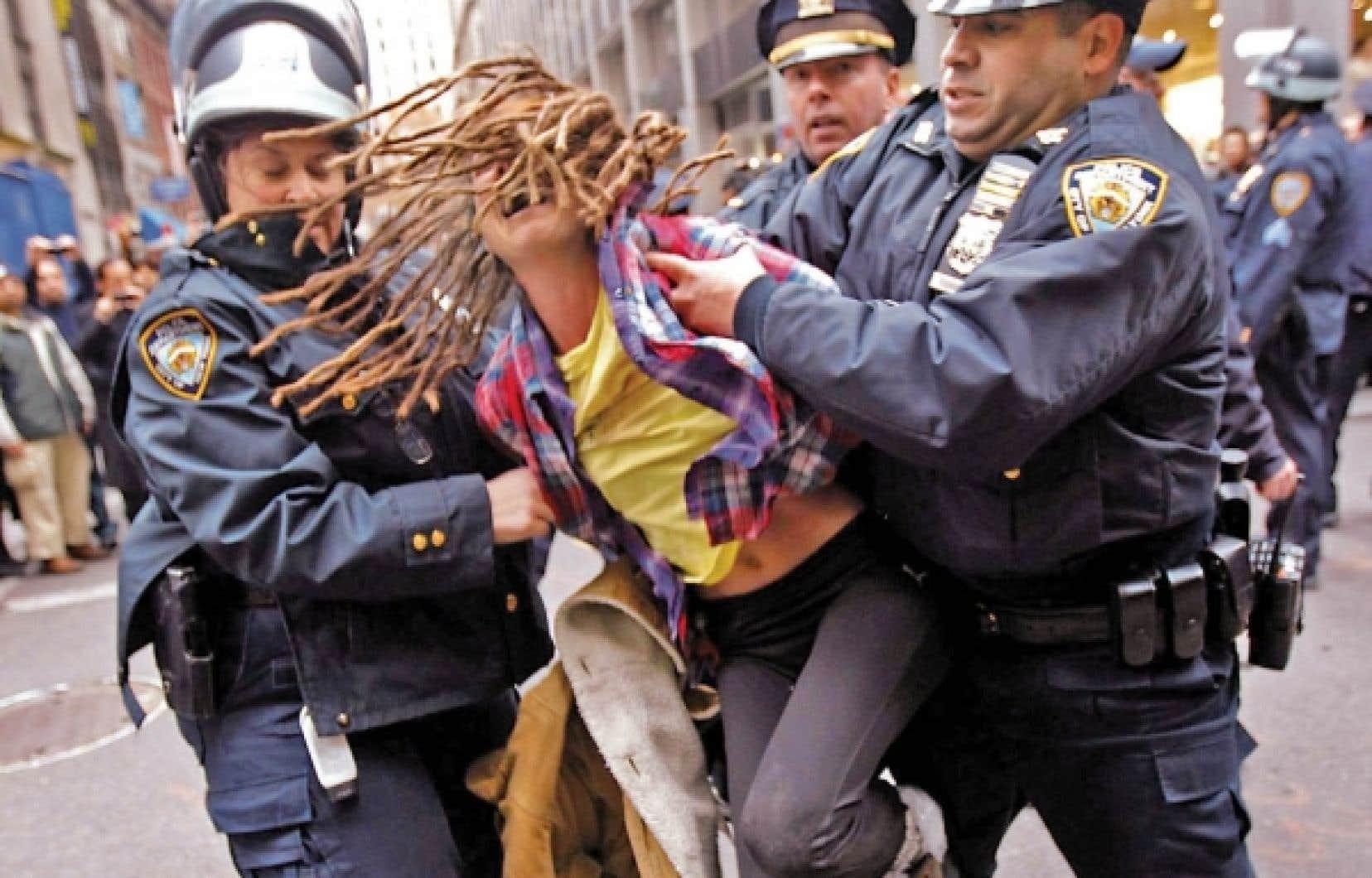 Des policiers de New York arrêtent un protestataire au cours d'une «journée d'action» du mouvement Occupy Wall Street, le 17 novembre dernier.<br />
