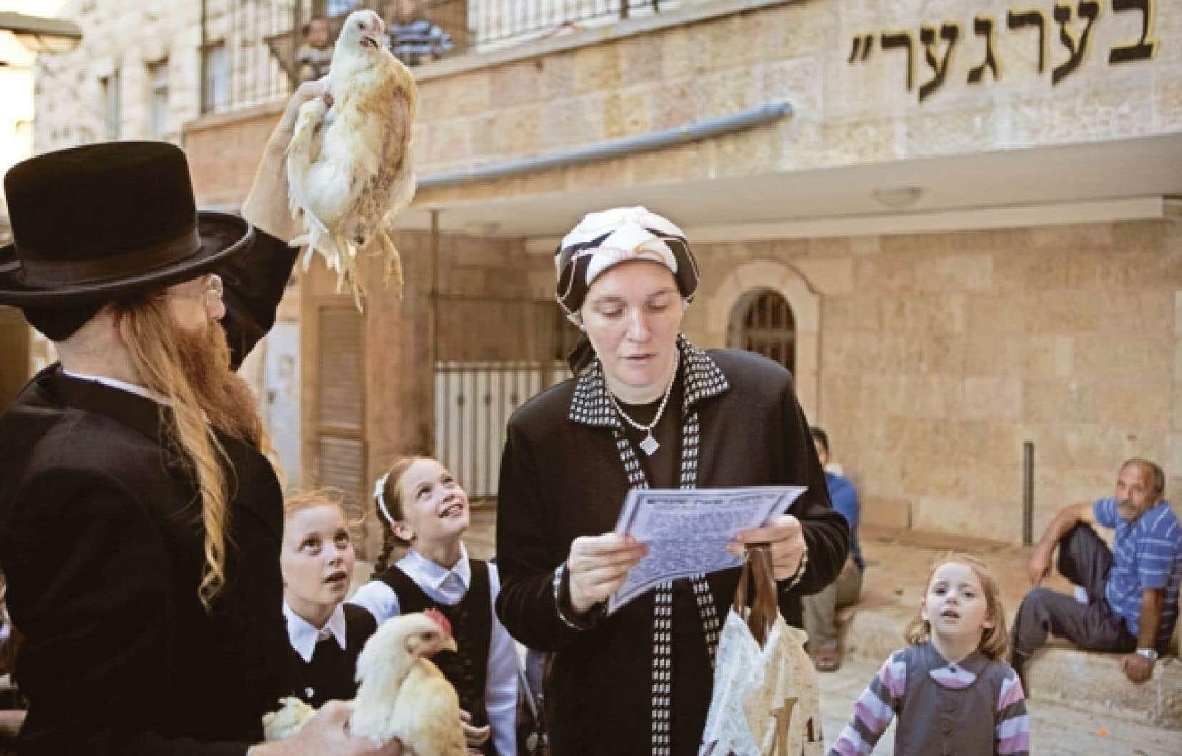 Un juif ultraorthodoxe à Jérusalem avec sa famille lors de la cérémonie religieuse<br />