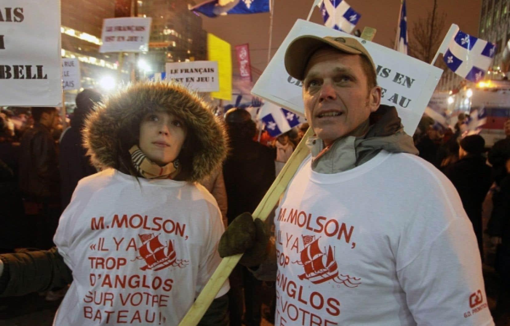 Le Mouvement Montréal français a distribué des drapeaux du Québec aux amateurs présents devant le Centre Bell, les invitant à les agiter pendant le match, afin de manifester leur indignation.