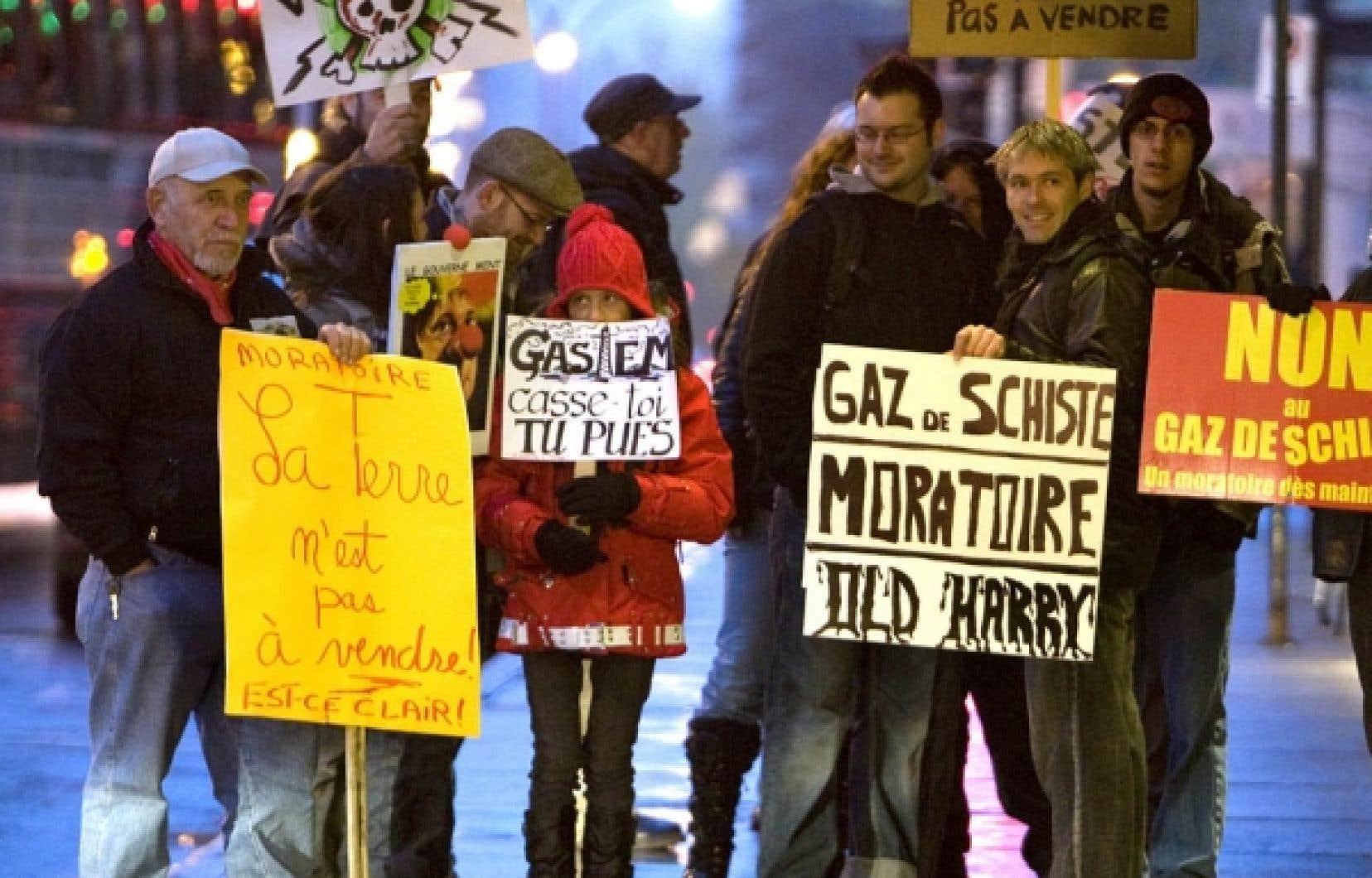 L'opposition à l'exploration et à l'exploitation du gaz de schiste se poursuit au Québec. Après avoir utilisé les audiences du BAPE pour manifester leur désaccord à tout projet, des citoyens de la vallée du Richelieu optent cette fois pour l'envoi de lettres interdisant l'accès à leurs terres.