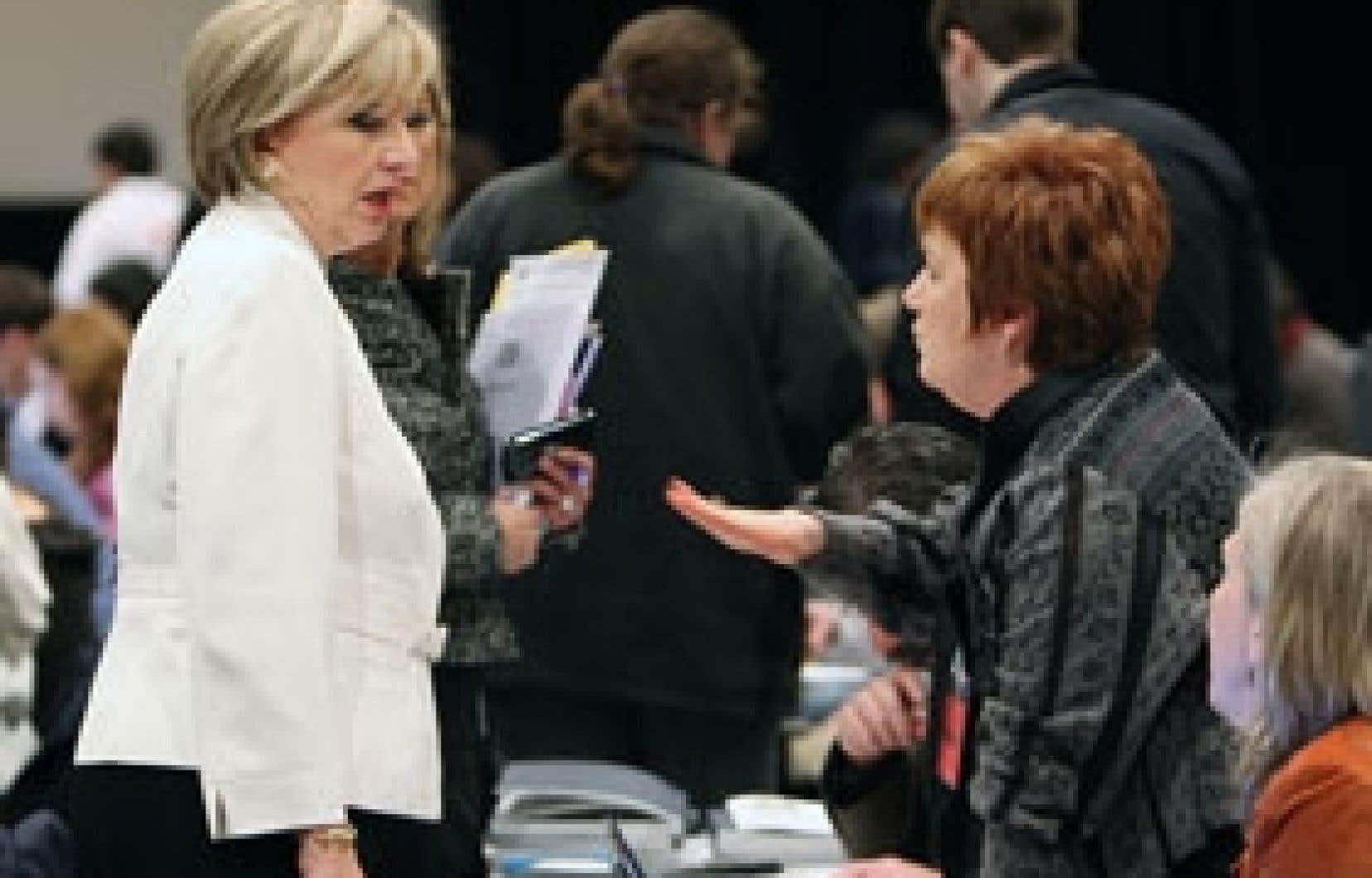 La ministre des Finances, Monique Jérôme-Forget, a discuté quelques instants avec la présidente de la Confédération des syndicats nationaux, Claudette Carbonneau.