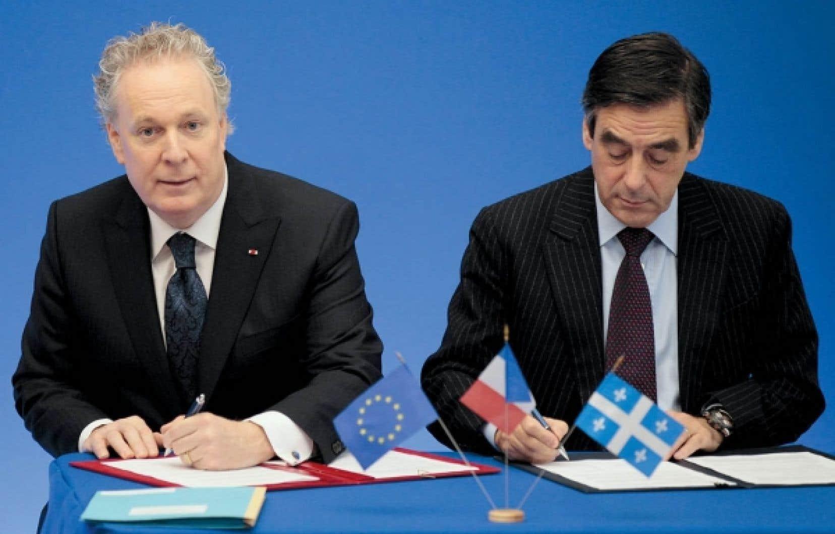 Le premier ministre du Québec, Jean Charest, et celui de la France, François Fillon, lors de la signature d'une entente sur la mobilité de la main-d'œuvre, en novembre 2010 à Paris<br />