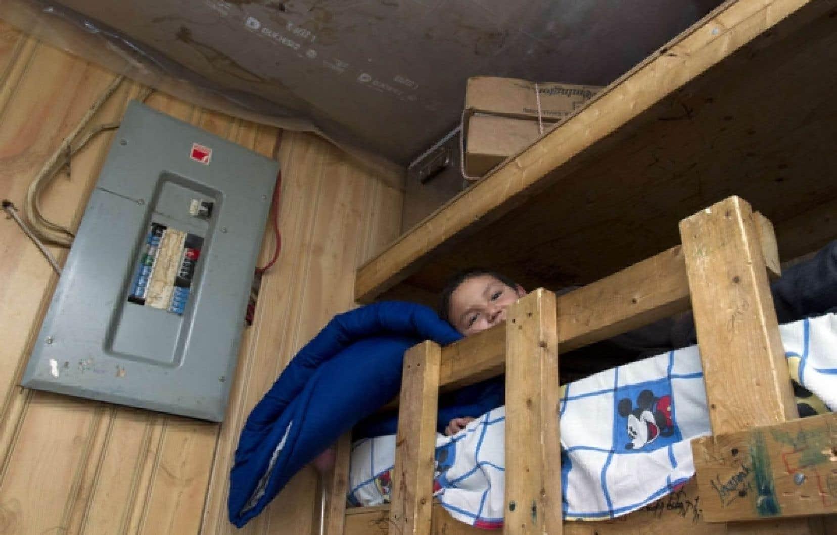 Les défis immédiats qui seront portés à l'attention de Stephen Harper pourraient notamment inclure le financement des programmes de logement. Sur la photo, un enfant de la communauté d'Attawapiskat, en Ontario.