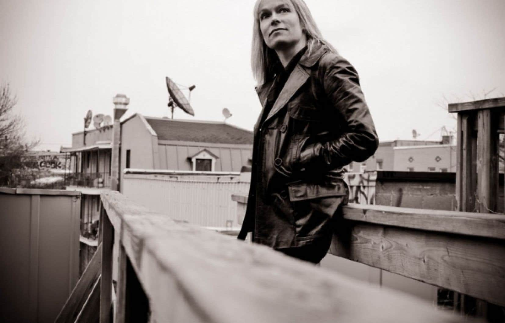 N&eacute;e en 1968, Martine Delvaux est romanci&egrave;re et essayiste.<br />