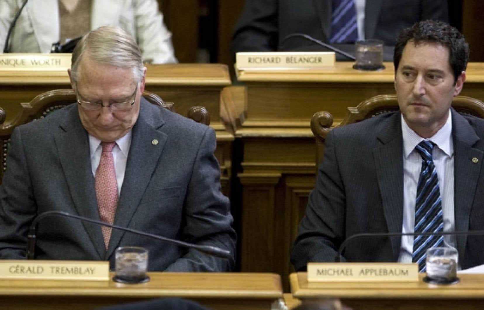 Le président du comité exécutif de la Ville de Montréal, Michael Applebaum (à droite), a reconnu que trois employés de Macogep travaillaient bel et bien dans les bureaux de la Ville sur une base quotidienne. Selon lui, toutefois, il n'y a pas lieu de s'en indigner.