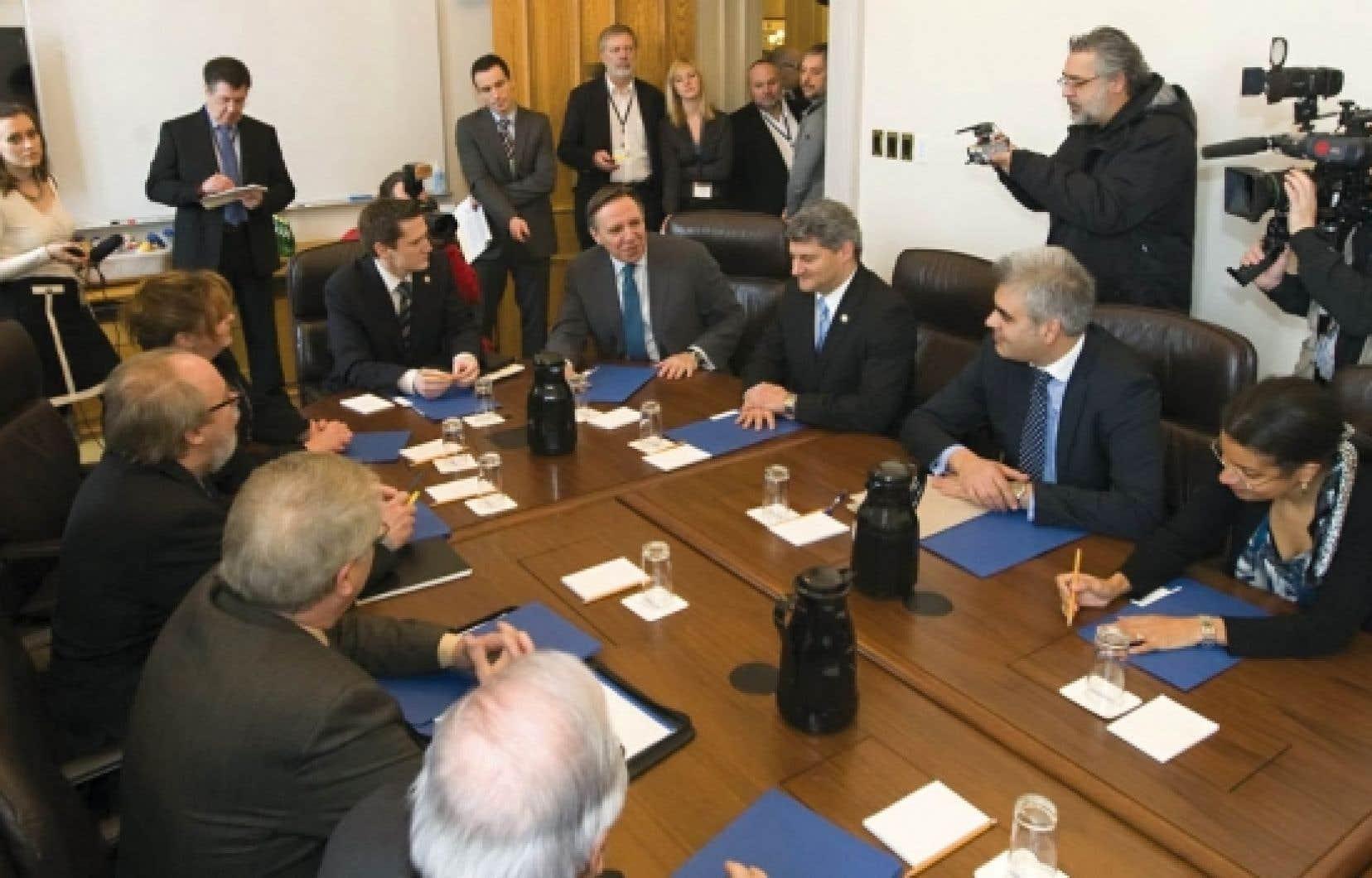 Le chef de la CAQ, François Legault, entouré de ses députés<br />