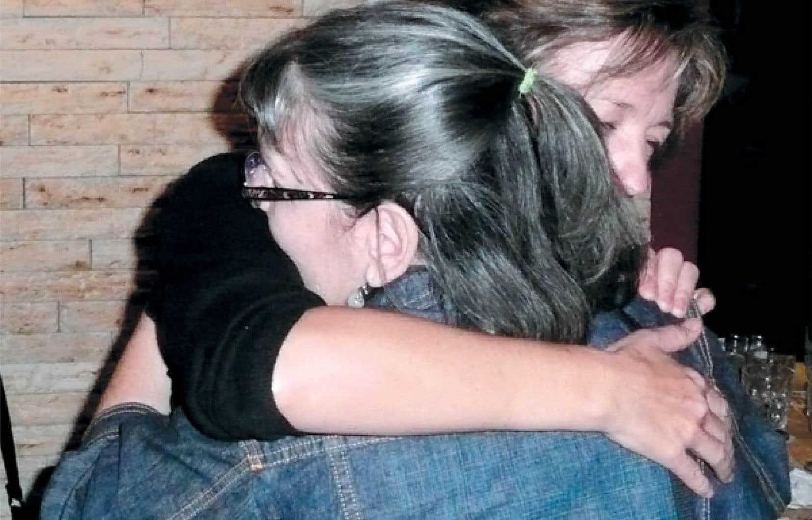 L'auteure, derrière, en compagnie de sa sœur, dans une des rares photos que la famille possède de Diane et que Marquise a accepté de publier, parce que, explique-t-elle, c'est ce qu'elle voudrait encore pouvoir faire: la prendre dans ses bras.<br />