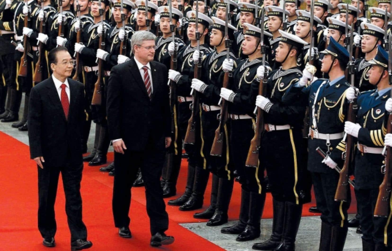Accompagné de son homologue chinois, Wen Jiabao, le premier ministre du Canada, Stephen Harper, passe en revue la garde d'honneur.<br />