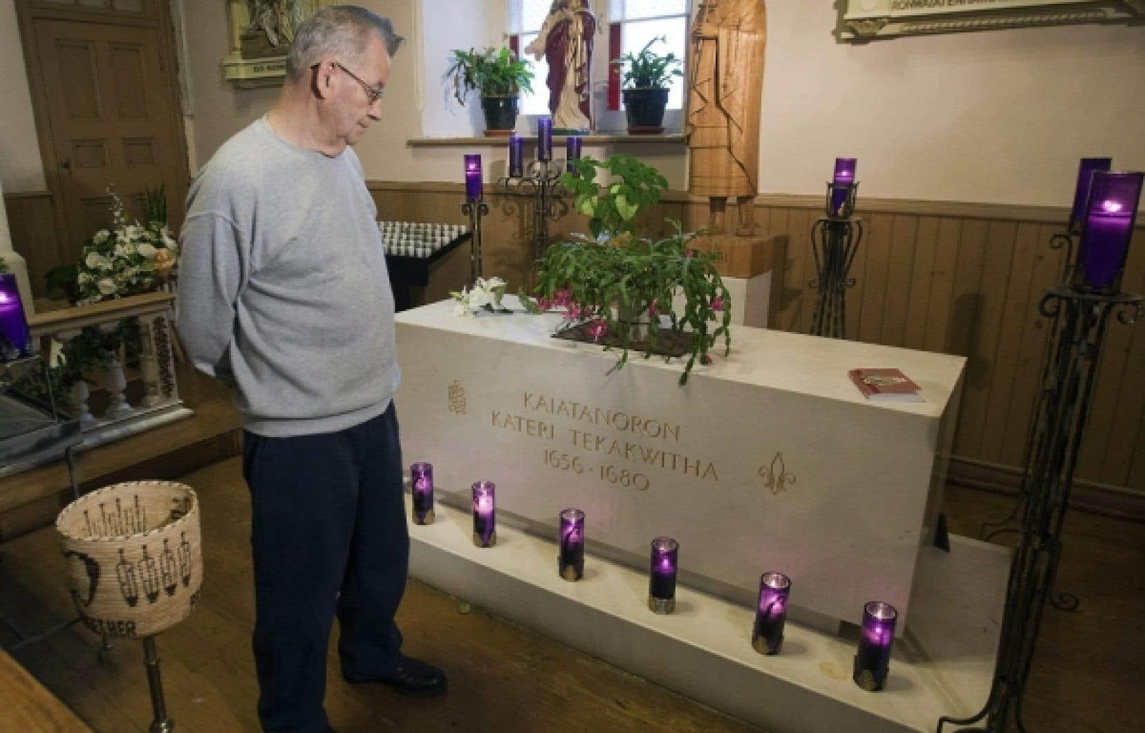 Kateri Tekakwitha est enterrée dans un tombeau de marbre dans l'église St François-Xavier, à Kahnawake, près de Montréal.<br />