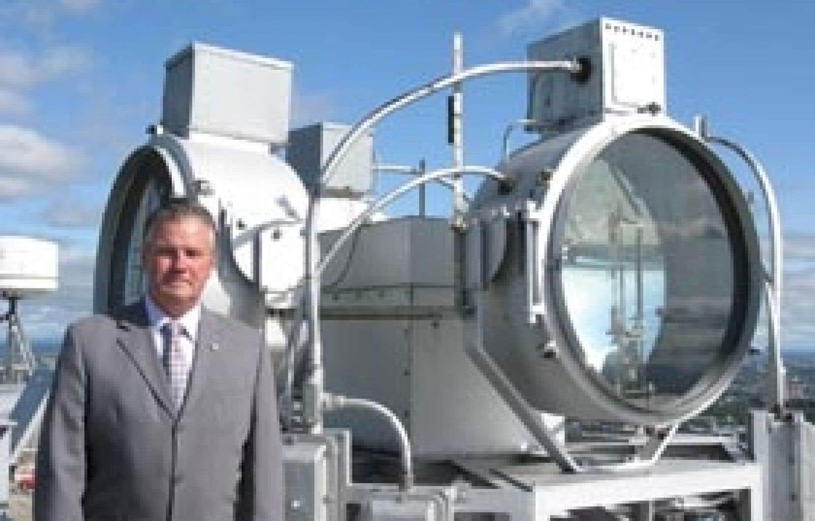 André LeCavalier, photographié à côté du gyrophare.