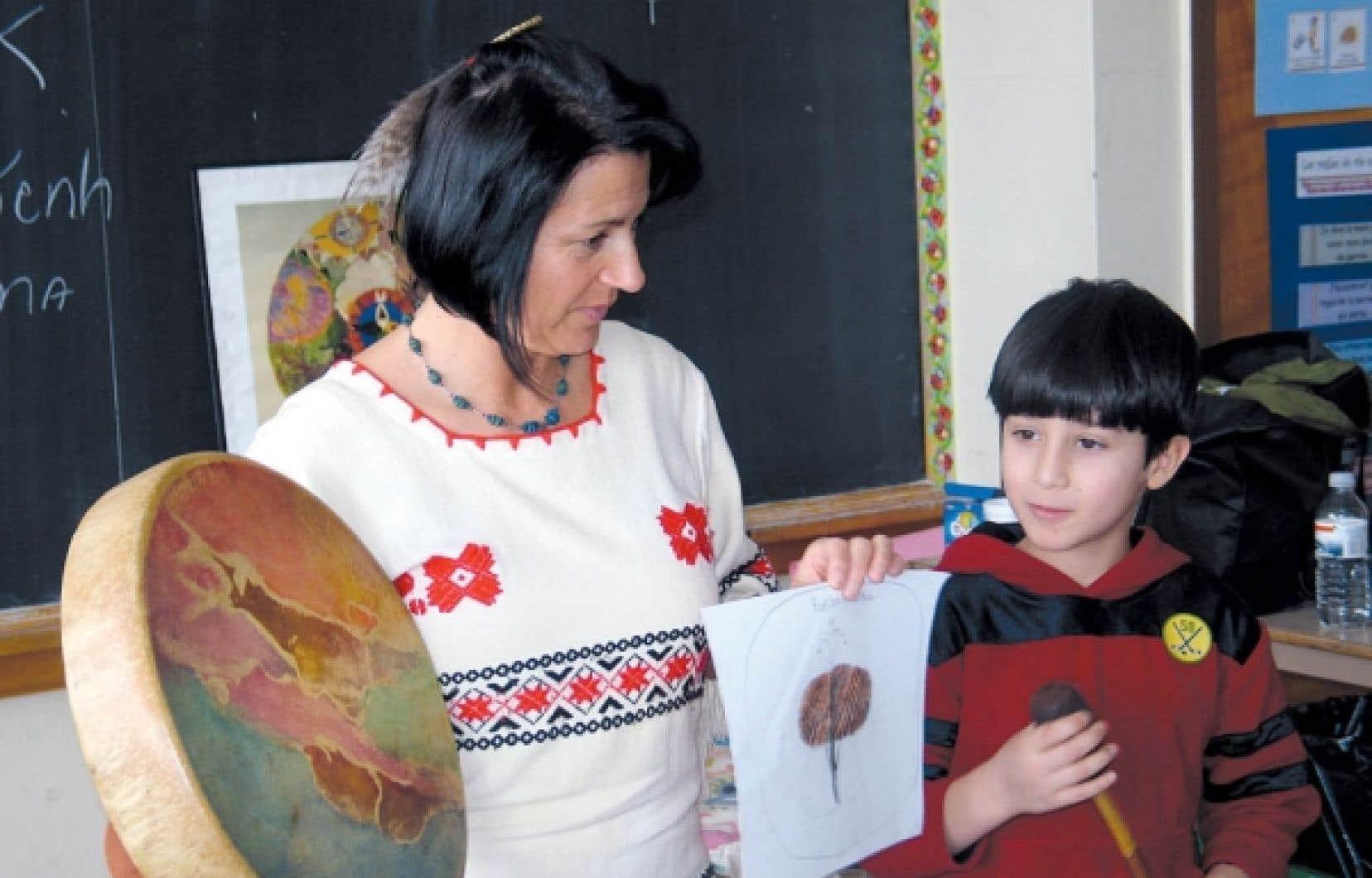 Au Musée de Lachine, Dolorès Contré a pour objectif d'initier les enfants aux modes de vie traditionnels des Iroquoiens et des Algonquiens.<br />