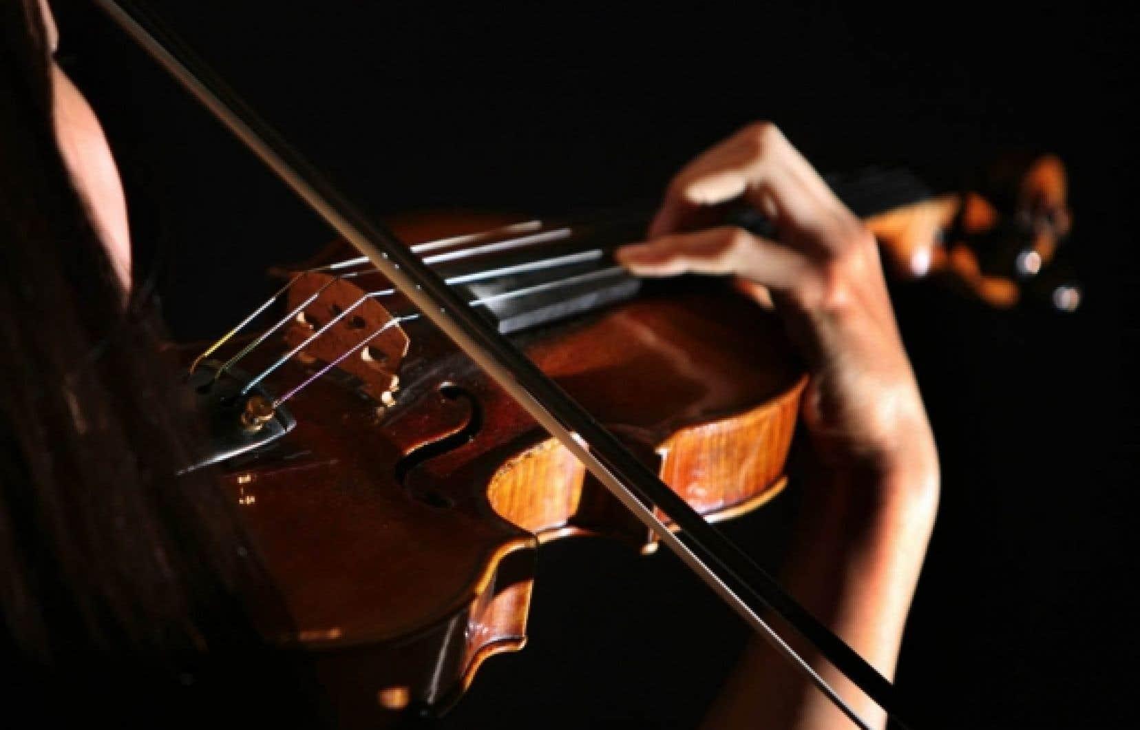 Pour expliquer son travail, le mathématicien Frédéric Rochon prend l'exemple d'une corde de violon: on peut rendre compte de la vibration des ondes sur la corde avec une équation. Mais les choses sont beaucoup plus compliquées qu'il n'y paraît...<br />