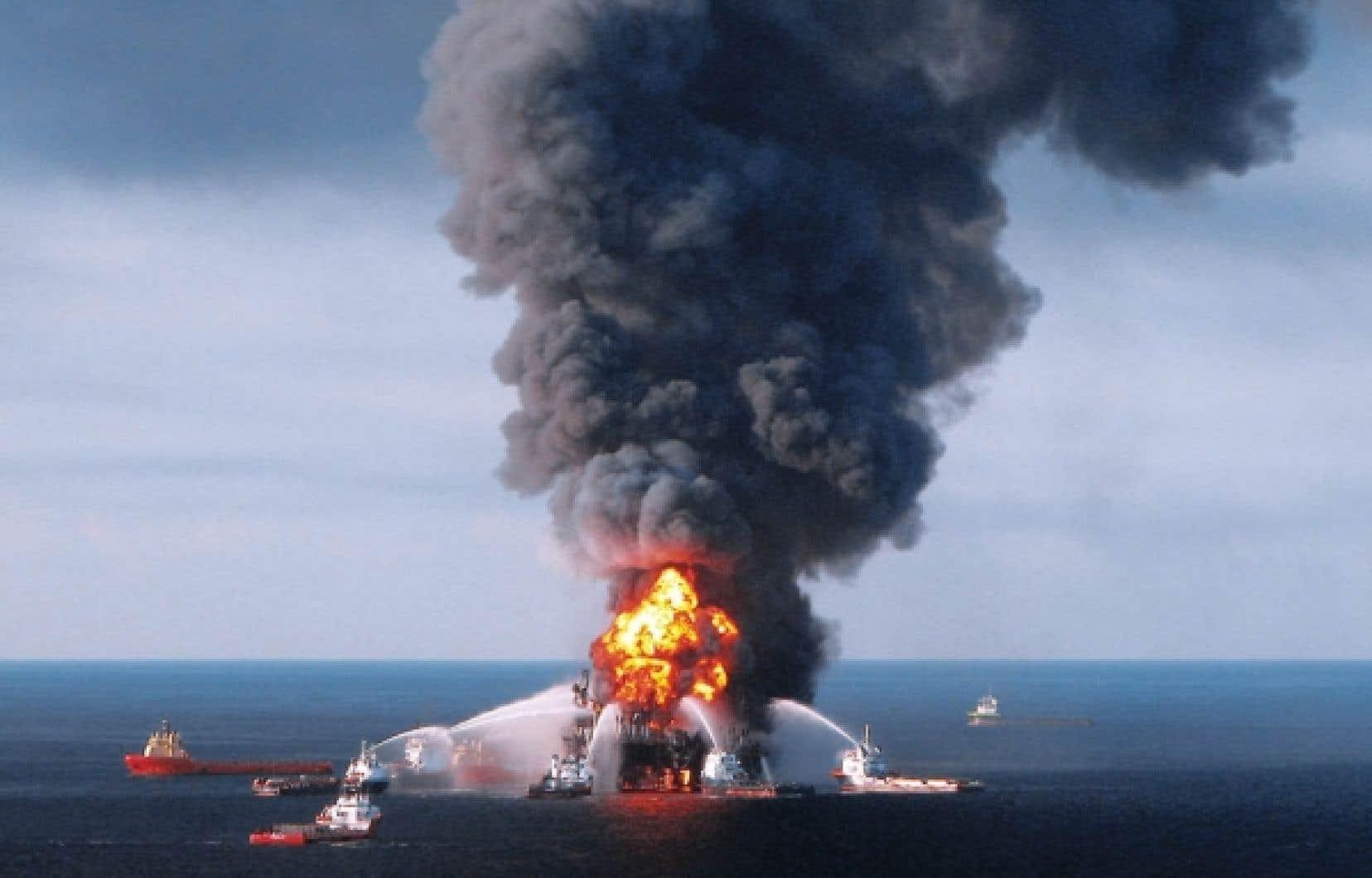 Le 21 avril 2010, les sapeurs de la garde-côte des États-Unis tentaient d'éteindre le feu sur la plateforme Deepwater Horizon, dans le golfe du Mexique. <br />