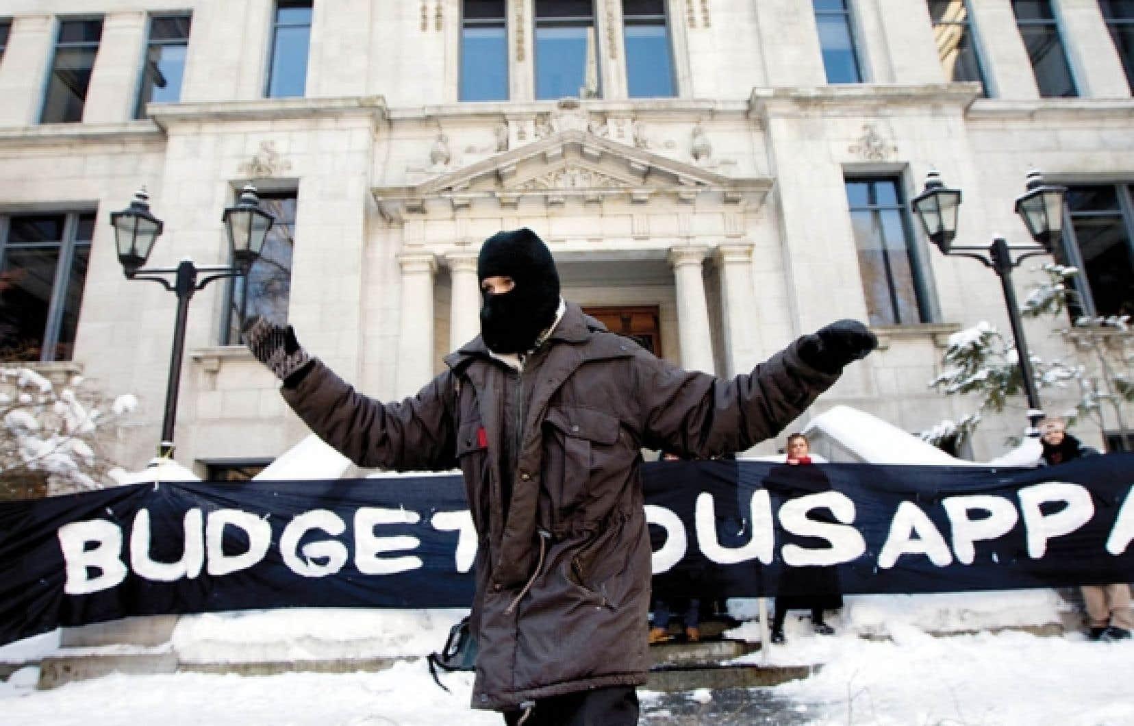 Des étudiants ont bloqué hier l'entrée de certains bâtiments de l'Université du Québec à Montréal.<br />