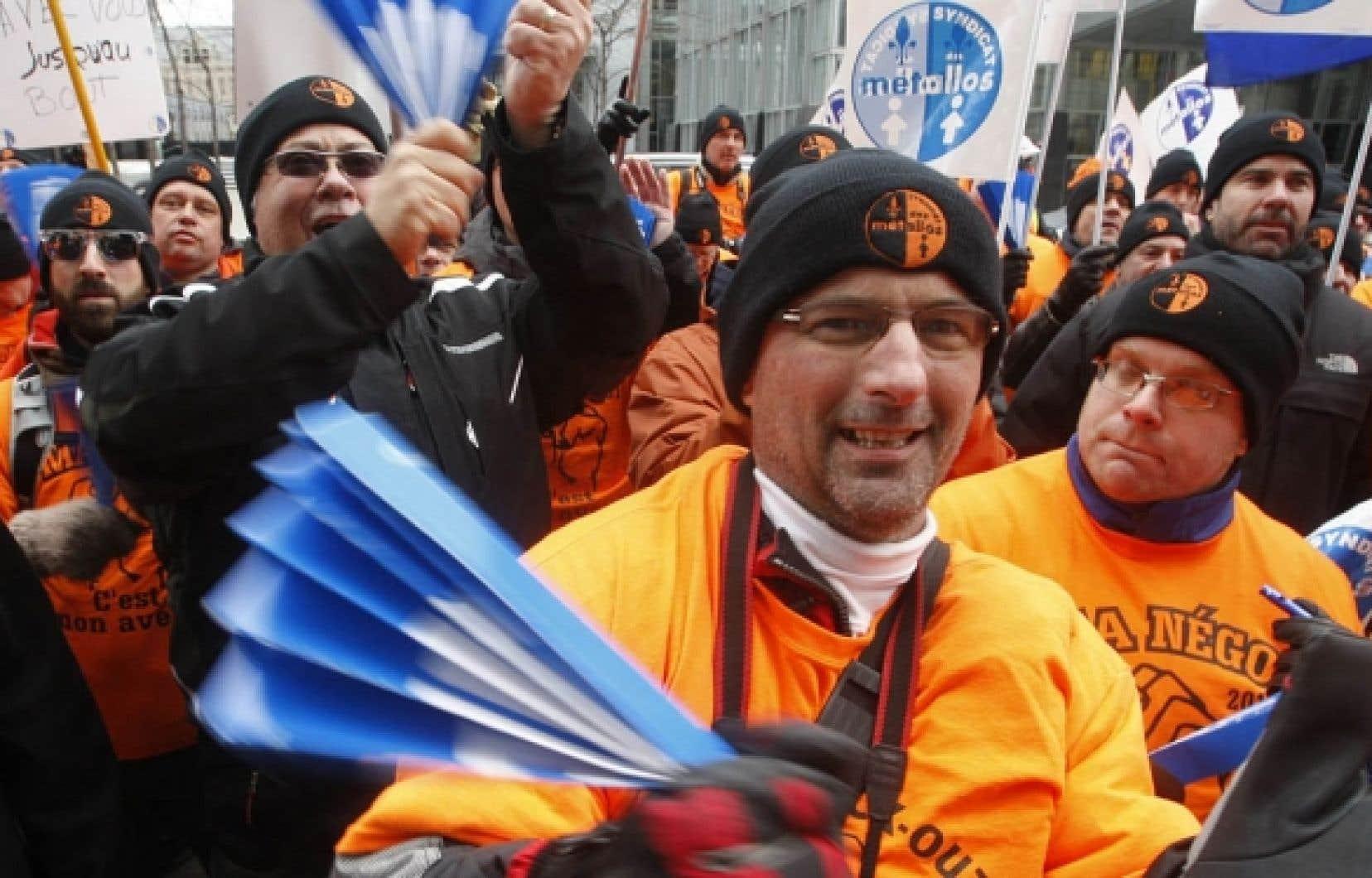 Le texte de l'entente, qui compte 24 pages sans les annexes, confirme qu'Hydro-Québec est obligée d'acheter l'électricité, produite par les barrages de Rio Tinto Alcan, qui n'est plus utilisée par la société depuis le déclenchement du lockout des 780 travailleurs (sur la photo, en manifestation à Montréal le 18 février dernier). La société a réduit des deux tiers sa production à son usine d'Alma.<br />