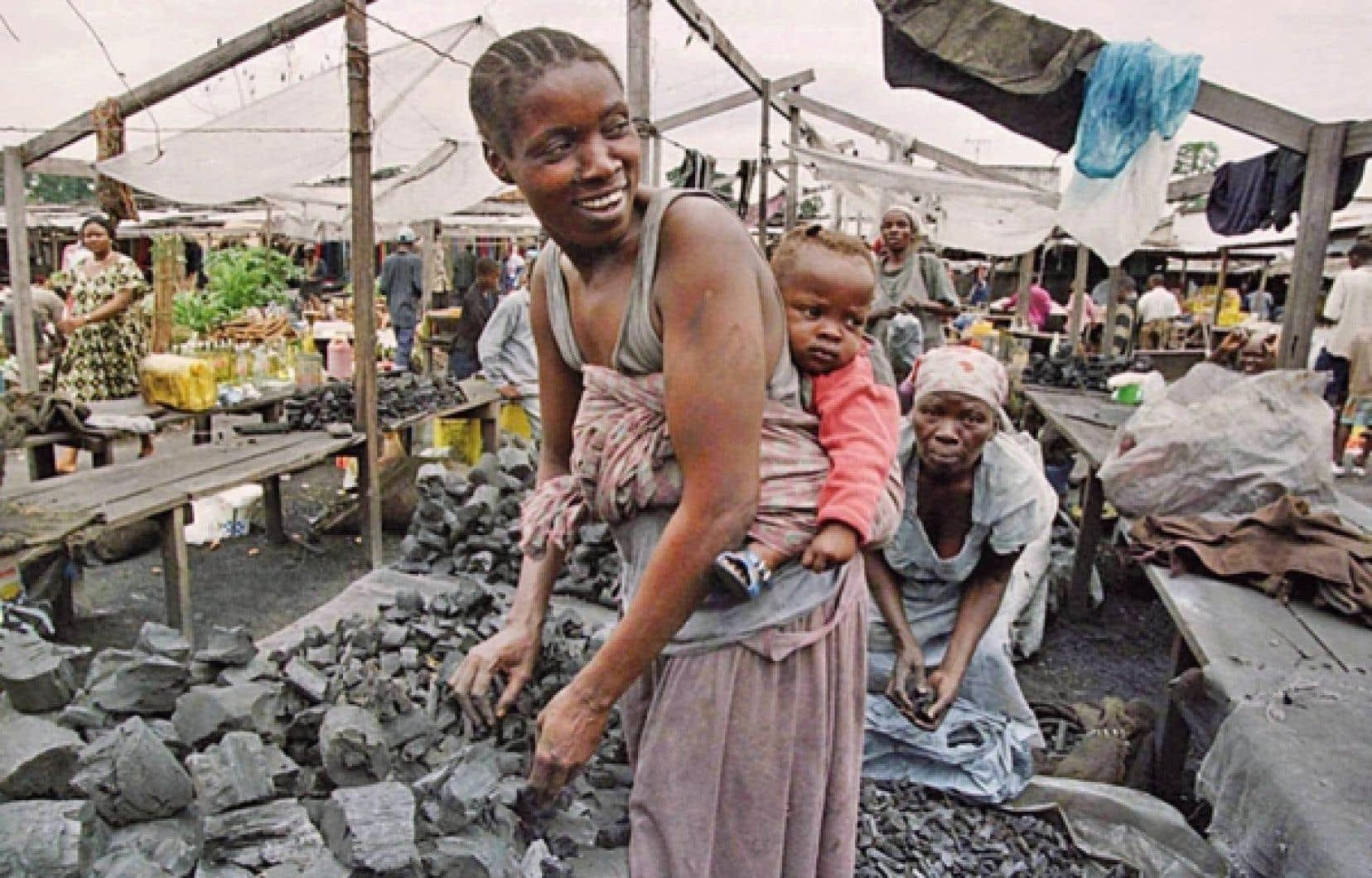 Une Za&iuml;roise vendait r&eacute;cemment du charbon au march&eacute; de Kinshasa.<br />