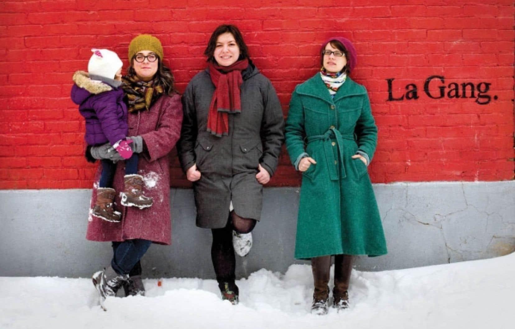 Marie-Élaine Larochelle (au centre) organise un événement Twitter sur la place des femmes dans les médias sociaux. Elle est accompagnée ici de Marianne Prairie et de sa fille Alice, de même que de Marie-Anne Casselot.