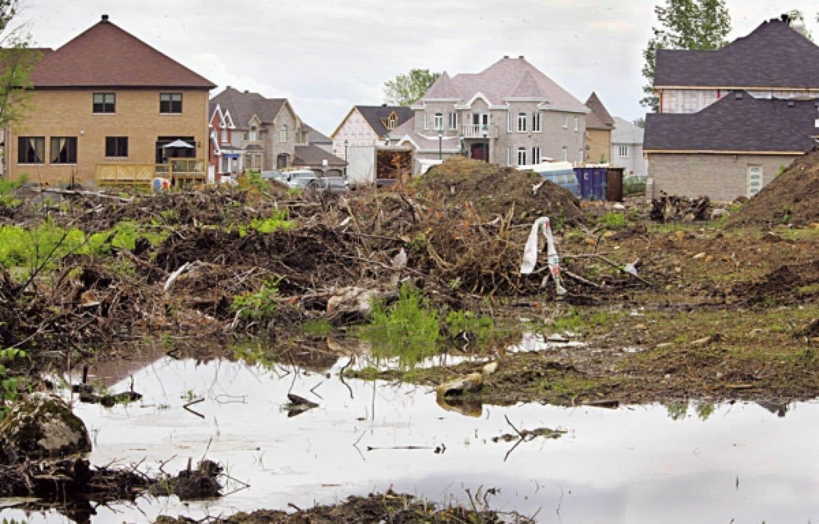 Le remblayage de milieux humides se poursuit à Laval pour faire place à des projets immobiliers comme celui du domaine Islemère.