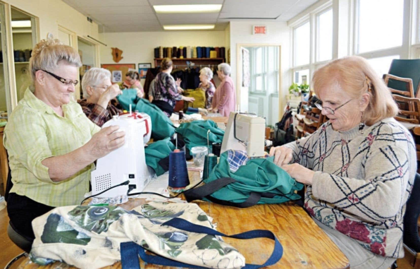 Les bénévoles du Cercle des fermières de Cowansville s'affairaient la semaine dernière à terminer la confection de baluchons et de couvertures à l'intention des enfants des centres jeunesse.<br />