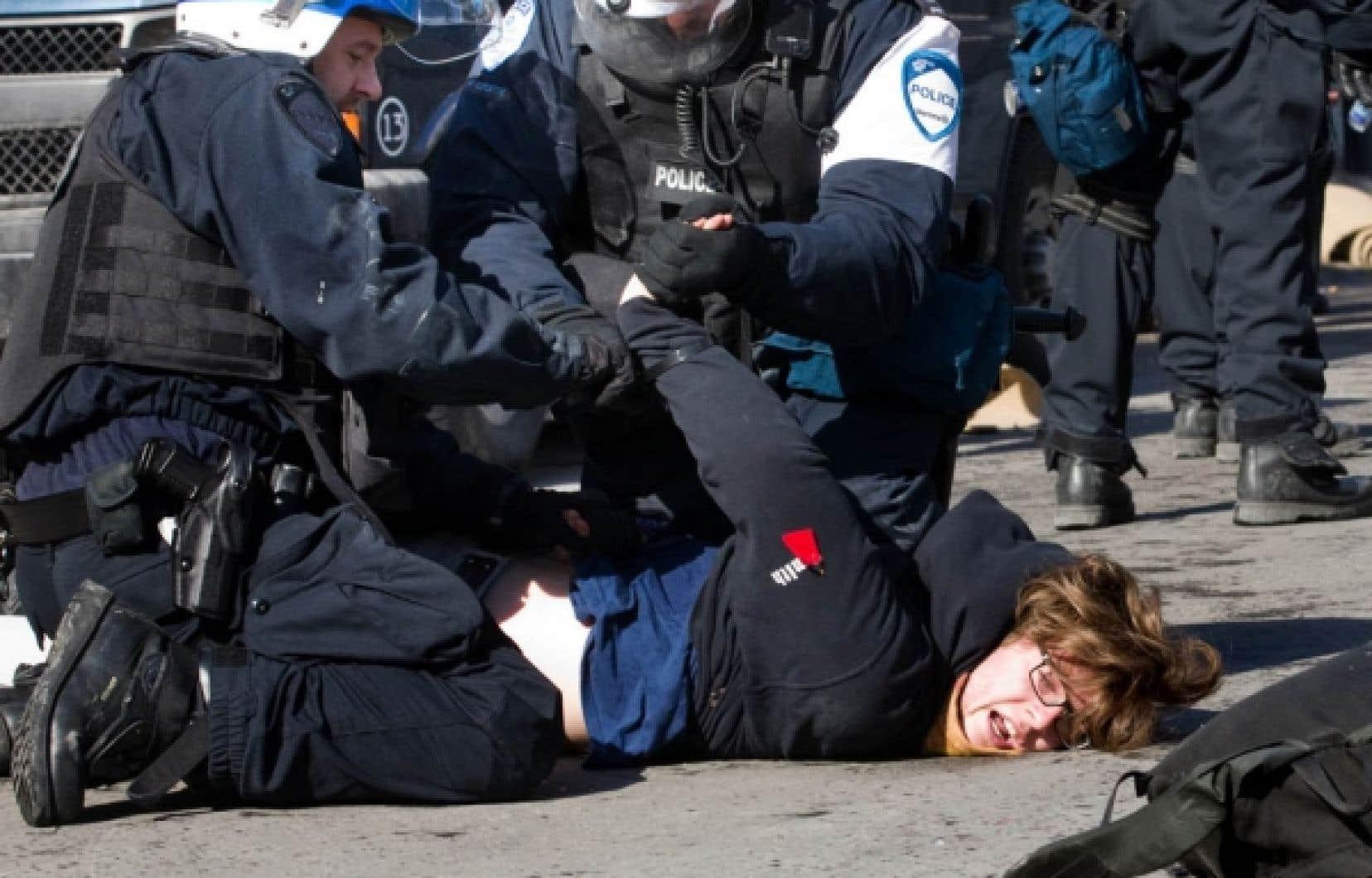 Au total, cinq personnes ont été arrêtées hier, dont cet étudiant, devant les locaux de Loto-Québec rue Sherbrooke à Montréal.