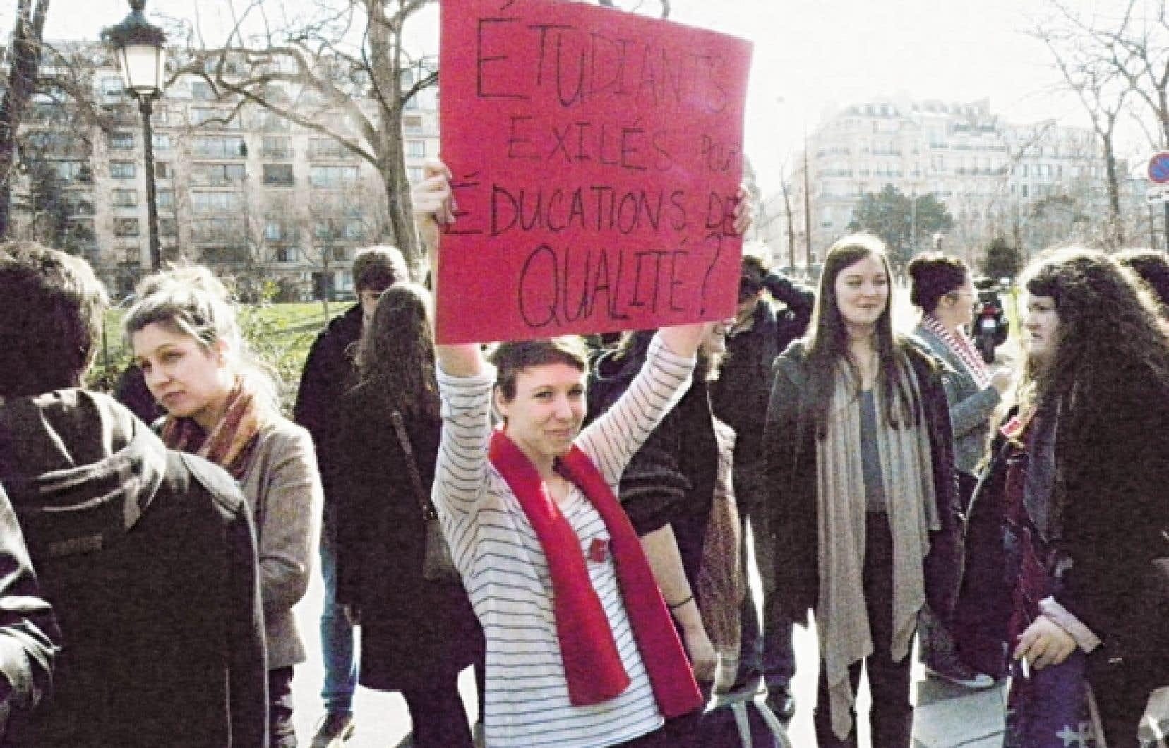 Les &eacute;tudiants qu&eacute;b&eacute;cois ont manifest&eacute; avant l&rsquo;arriv&eacute;e de Jean Charest dans la capitale fran&ccedil;aise. <br />