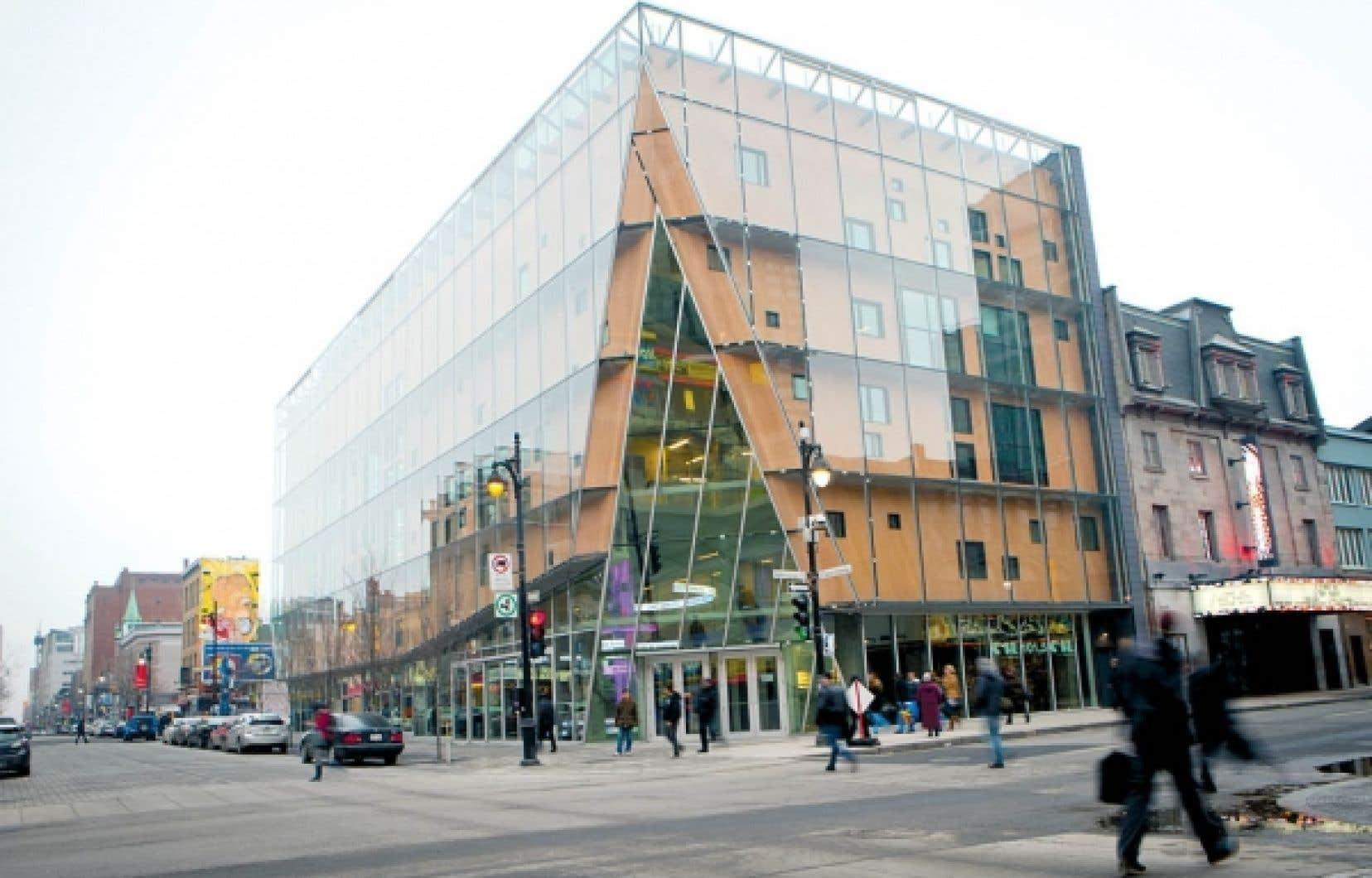 Art actuel 2-22, dont les façades à parois vitrées s'élèvent à l'angle du boulevard Saint-Laurent et de la rue Sainte-Catherine, accueillera la toute première œuvre d'art performatif publique, réalisée à l'issue d'un concours lancé hier.