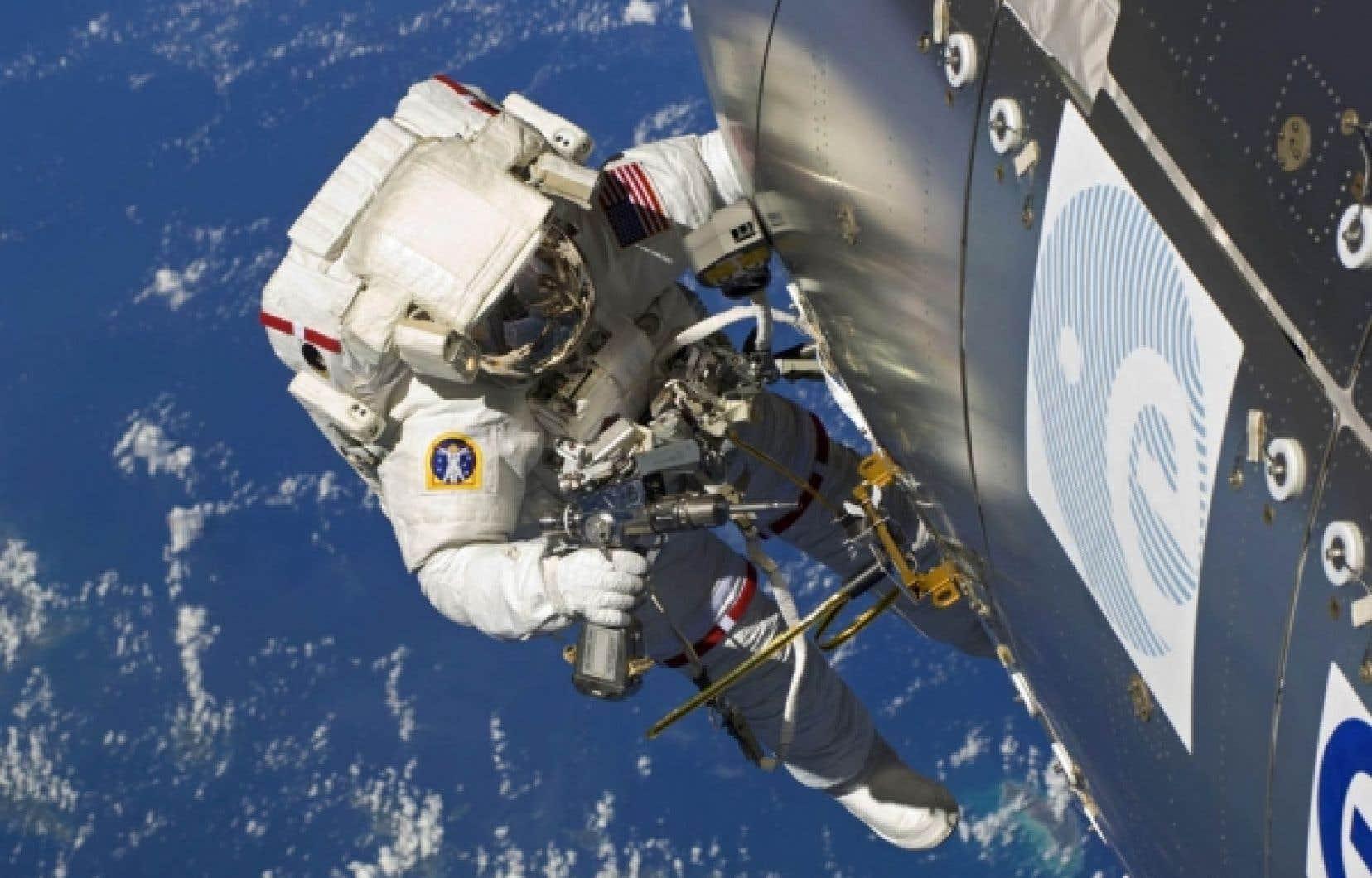 Un astronaute effectue une man&oelig;uvre &agrave; l&rsquo;ext&eacute;rieur de la Station spatiale internationale. Certains astronautes ont rapport&eacute; que leur vue s&rsquo;&eacute;tait d&eacute;grad&eacute;e ou au contraire am&eacute;lior&eacute;e &agrave; la suite de leur s&eacute;jour dans l&rsquo;espace.<br />