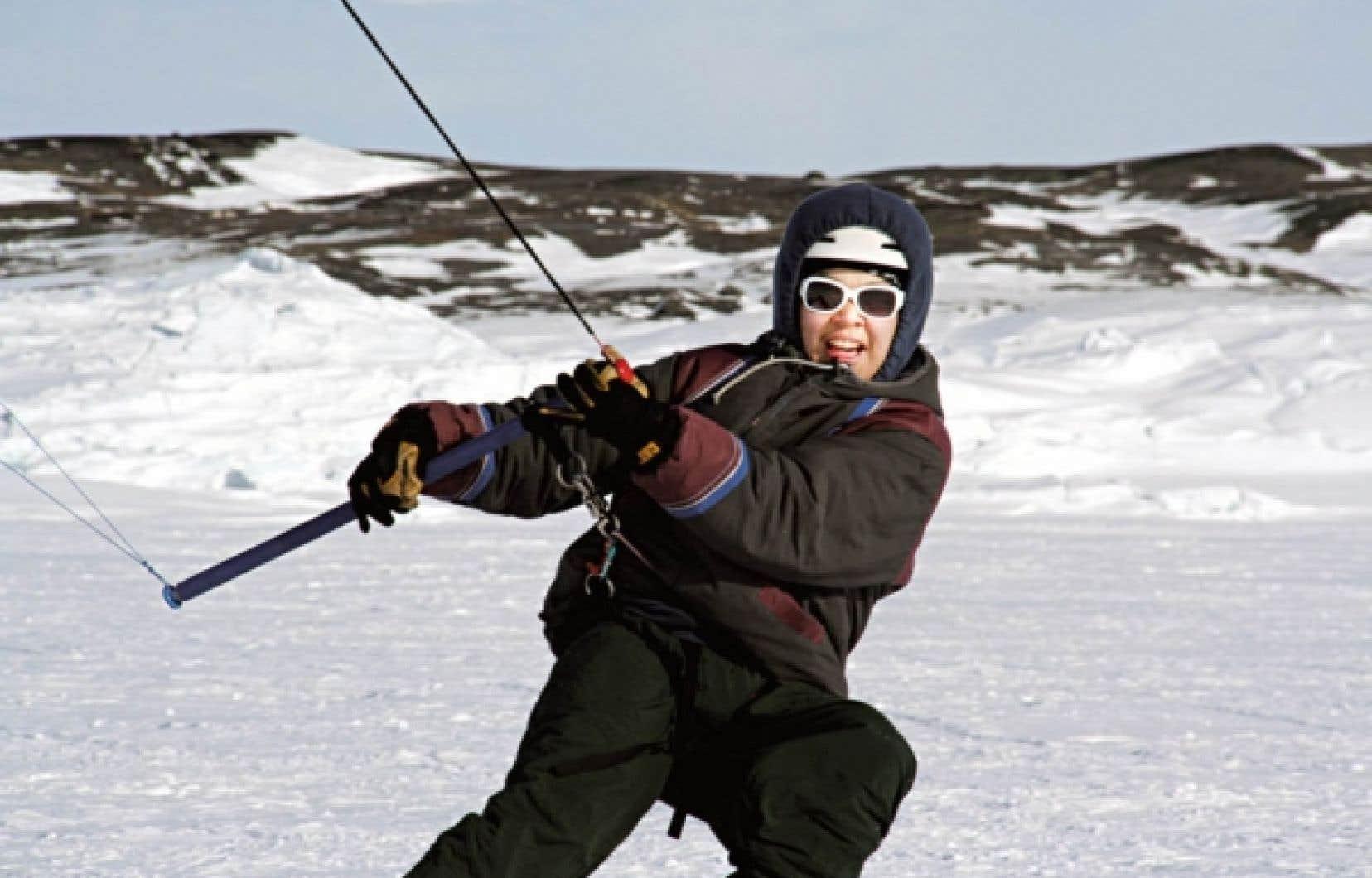 Wayne Putulik, un jeune gar&ccedil;on du Nunavut, pratiquant le paraski &agrave; Whale Cove.<br />
