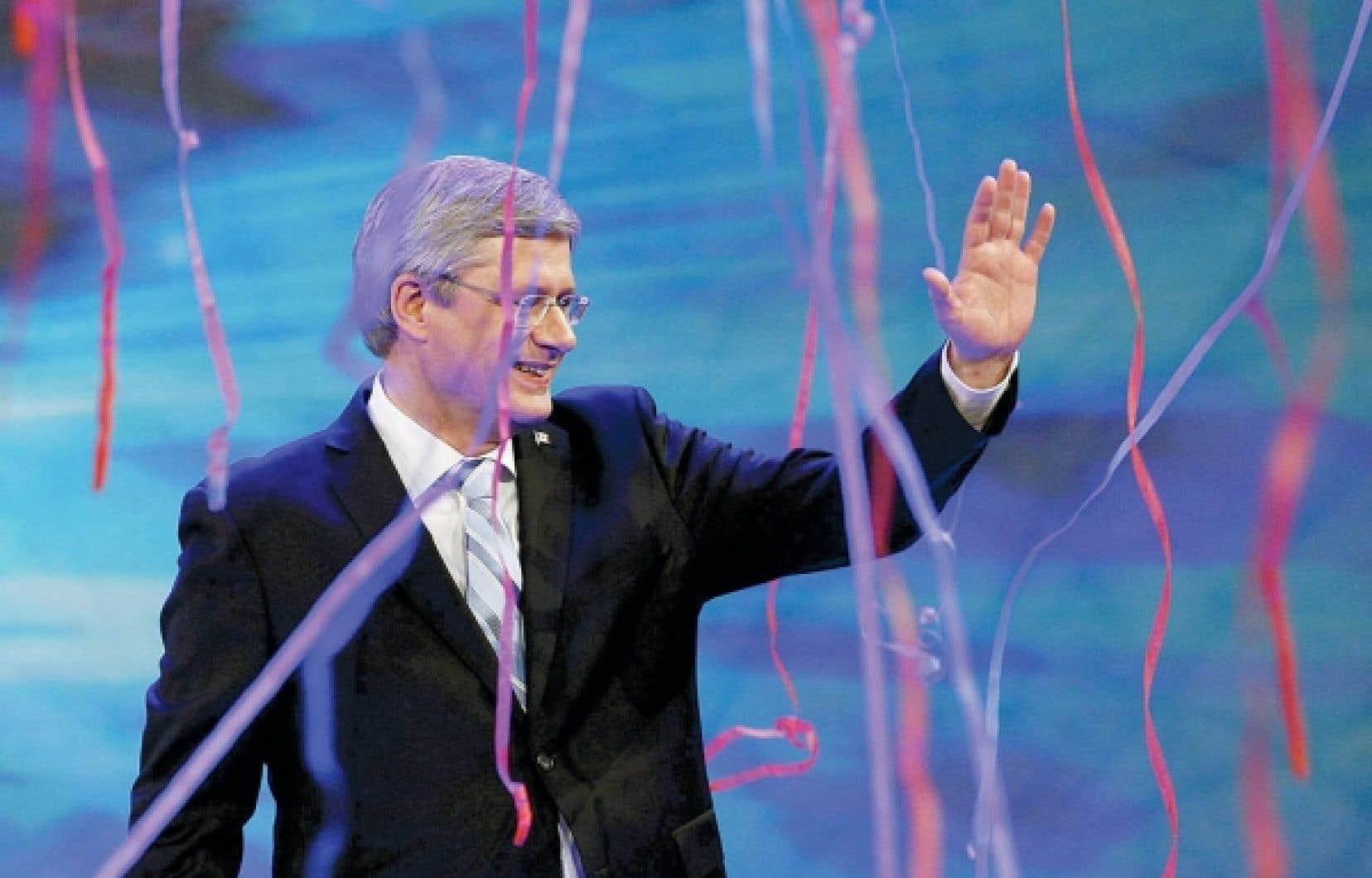 Stephen Harper célèbre sa victoire lors des dernières élections fédérales devant ses partisans de Calgary. Plus de 80 % des électeurs québécois ont en 2011 choisi le NPD (43 %), les libéraux ou le Bloc, le Parti conservateur ne récoltant que 16,5 % des voix au Québec contre 45 % ailleurs au pays. Loin de se résorber, l'ère des deux solitudes se voit confirmée par les résultats électoraux.