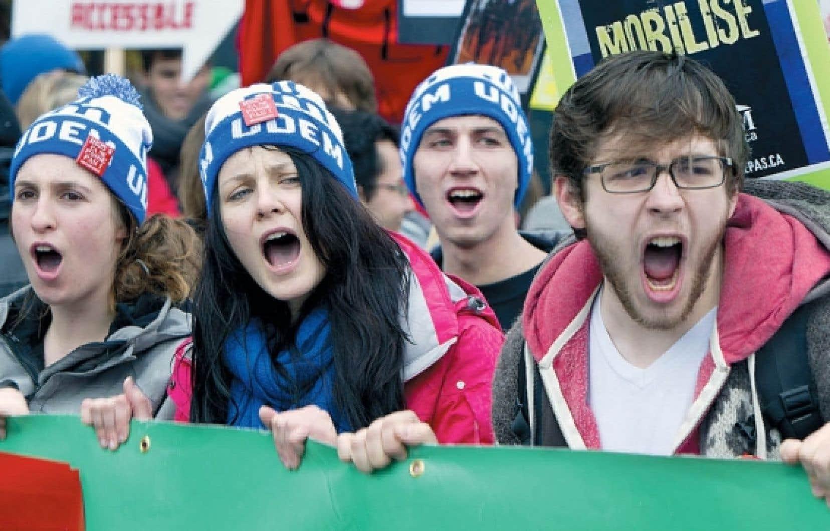 Les étudiants ont à nouveau battu le pavé hier, exhortant le gouvernement à renoncer à la hausse des droits de scolarité. Une centaine d'étudiants provenant du collège Ahuntsic, des cégeps Marie-Victorin, Bois-de-Boulogne, Saint-Laurent et de l'école secondaire Sophie-Barat, ont grimpé sur l'autoroute 40 par la bretelle de la rue Saint-Hubert pour redescendre 20 minutes plus tard par celle d'Iberville. Ils se sont ensuite dispersés. Plus tôt, des centaines d'étudiants en grève de l'Université de Montréal ont manifesté devant le bureau de circonscription du ministre des Finances, Raymond Bachand (notre photo). Enfin, quelque 400 personnes, dont des étudiants du collège Édouard-Montpetit et du cégep Saint-Jean-sur-Richelieu, ainsi que des membres de groupes communautaires de Longueuil ont dénoncé haut et fort la hausse des droits de scolarité sur la Rive-Sud de Montréal.<br />