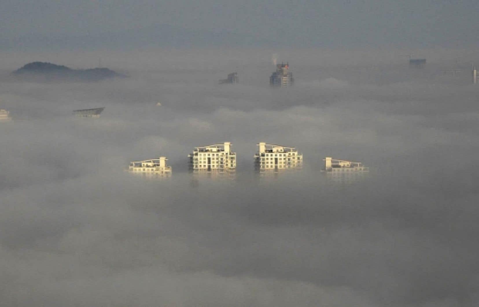 Le sommet des plus hauts &eacute;difices de la ville chinoise de Wenling &eacute;merge du smog. Selon l&rsquo;OCDE, la pollution atmosph&eacute;rique &laquo;devrait devenir la principale cause environnementale de d&eacute;c&egrave;s pr&eacute;matur&eacute;s&raquo;, surtout en Asie, o&ugrave; plusieurs villes d&eacute;passent les normes de l&rsquo;Organisation mondiale de la sant&eacute;. <br />