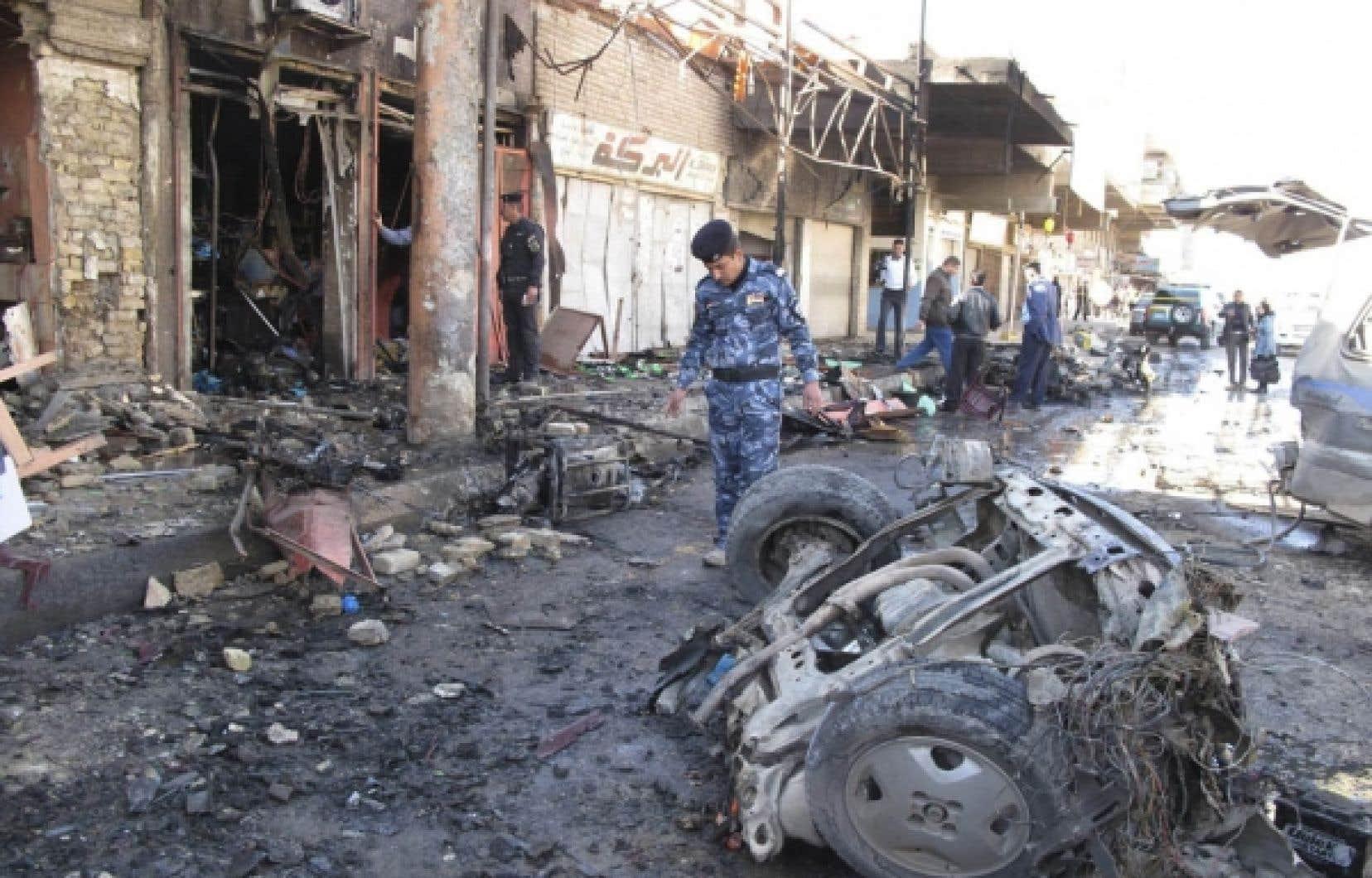 Des policiers irakiens de Hilla se sont rendus sur les lieux de l'explosion d'une voiture, hier.<br />