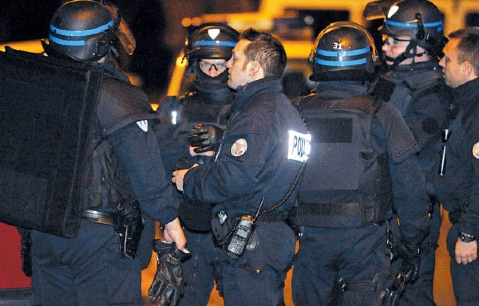 Après avoir été repoussés à plusieurs reprises par des tirs, les policiers ont entamé des pourparlers qui ont duré toute la journée.<br /> <br />