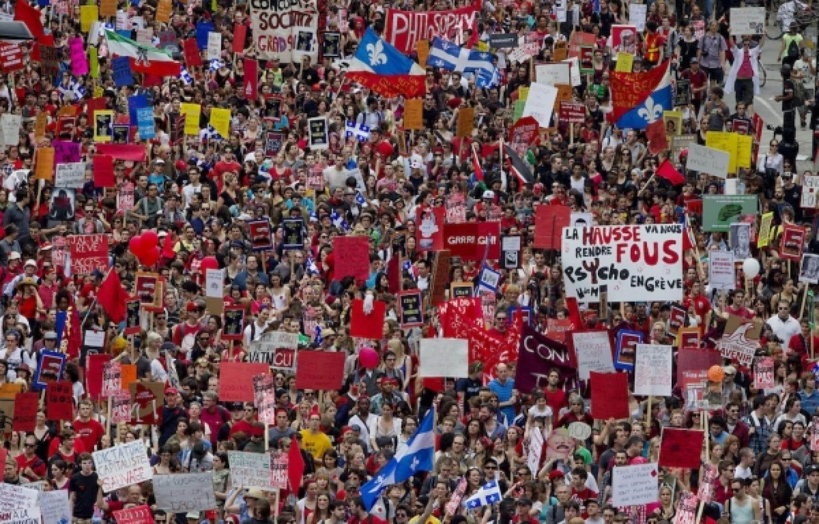 Selon les organisateurs de la manifestation &eacute;tudiantes, ils &eacute;taient 200 000 dans les rues de Montr&eacute;al pour d&eacute;noncer la hausse des droits de scolarit&eacute;.<br />