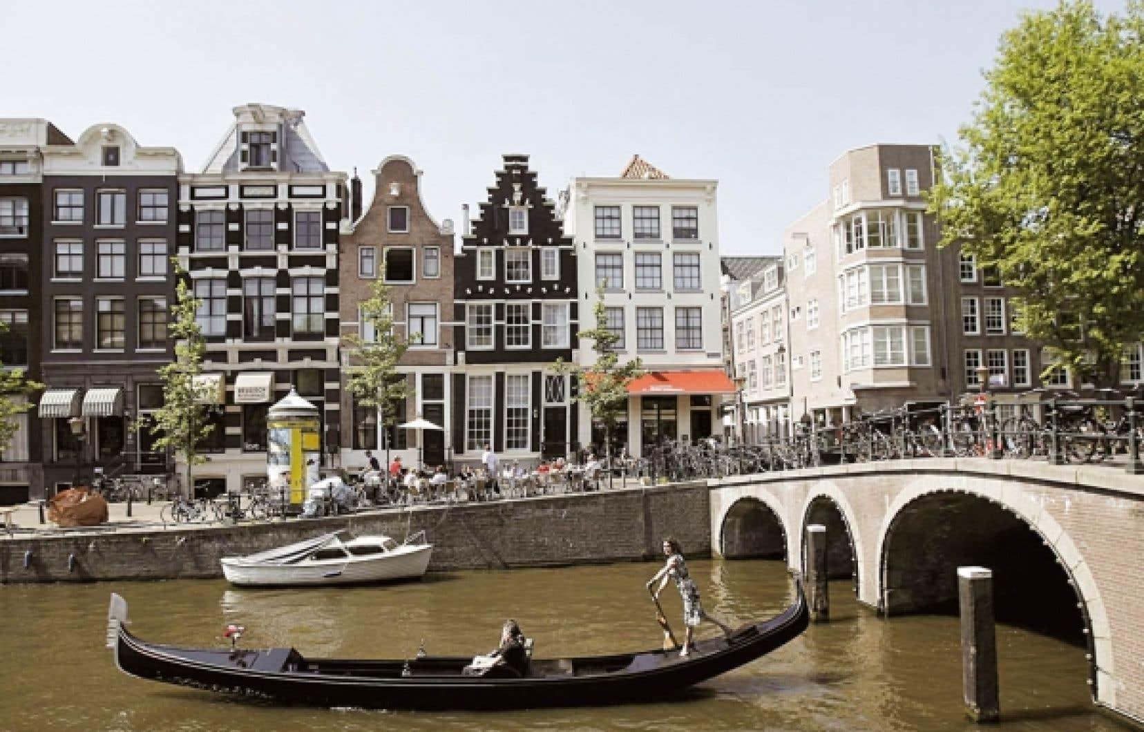 Une gondole sur le canal d'Amsterdam, aux Pays-Bas.<br />