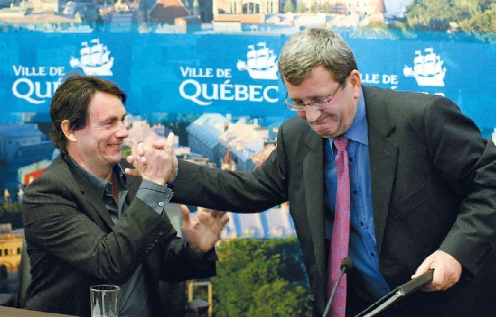 Le président de Quebecor, Pierre Karl Péladeau, et le maire de Québec, Régis Labeaume, ont tenu un point de presse impromptu, hier, à Québec.