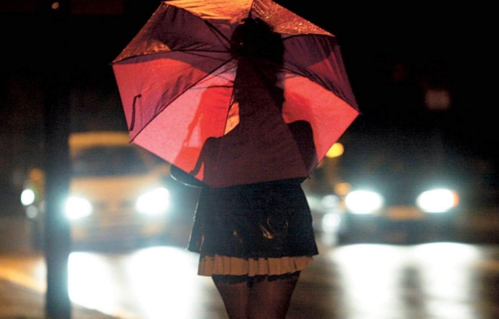 Une femme prostituée attend un client. 92% des personnes prostituées au Canada affirment qu'elles sortiraient du système prostitutionnel si elles en avaient la possibilité. Pourquoi alors ne pas criminaliser ceux qui profitent de cet état de faits, clients-prostitueurs et proxénètes, décriminaliser les personnes prostituées et mettre en place des programmes de réinsertion plutôt que des bordels? <br />