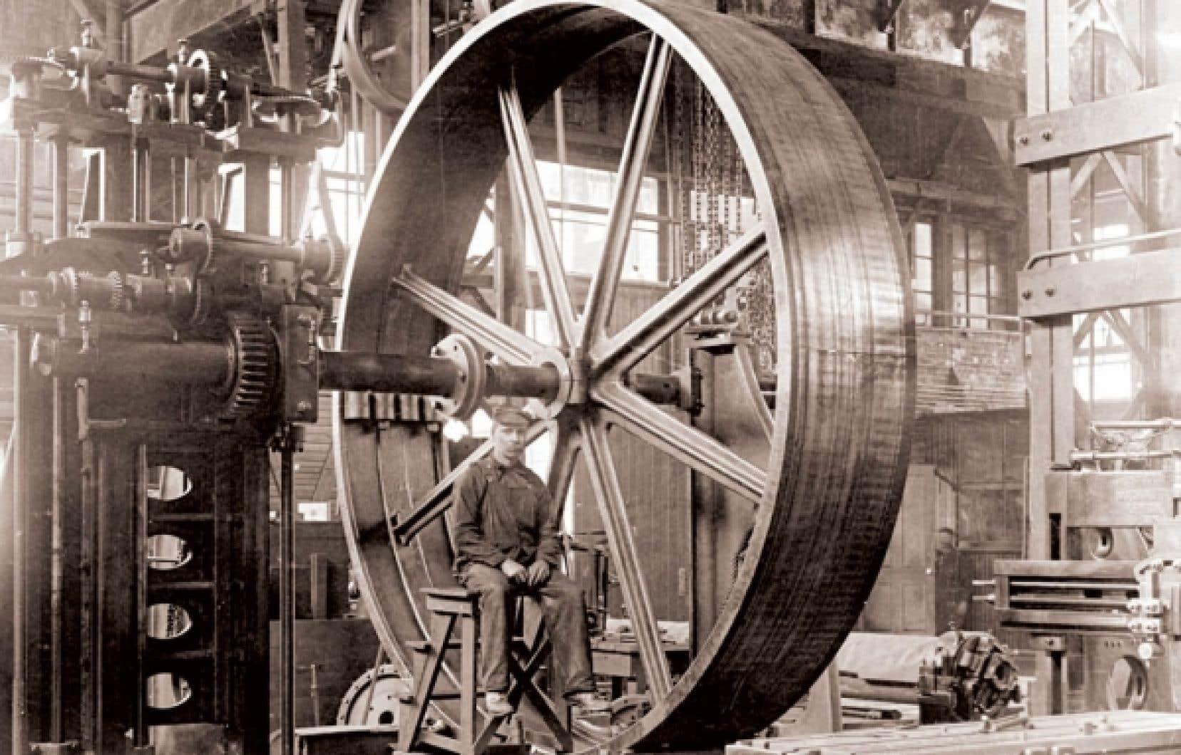 Un ouvrier dans l'usine Hydraulic Machinery, vers 1900.<br />