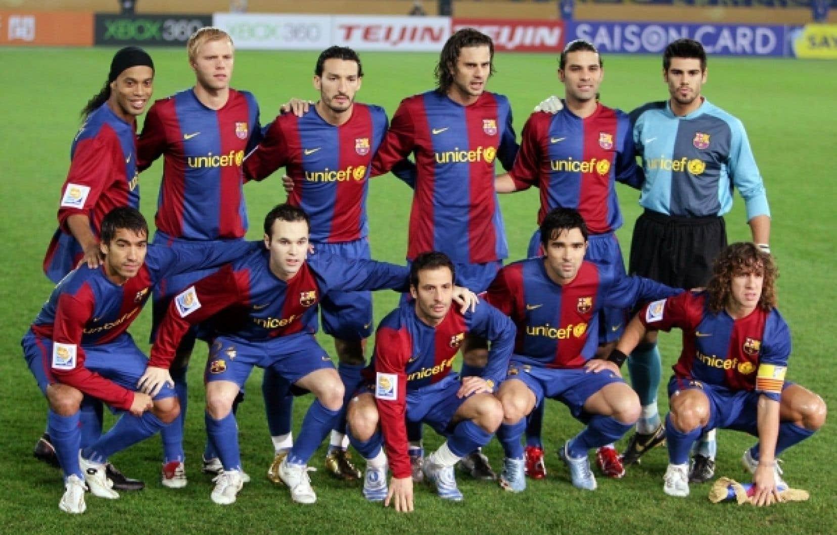 Bien des gens font affaire ou consomment auprès d'entreprises incontournables en ignorant qu'il s'agit de coopératives. L'équipe de soccer FC Barcelone [photo datant de 2009] constitue pourtant un exemple très visible.