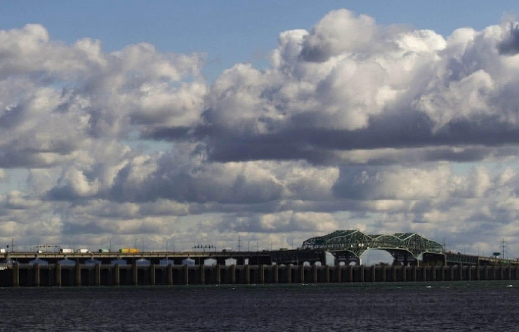L'appel d'offres pour le dossier d'affaires du nouveau pont Champlain demande aux soumissionnaires de conseiller Transport Canada «sur le financement possible et la gouvernance de certains des autres ouvrages à Montréal appartenant au gouvernement fédéral».