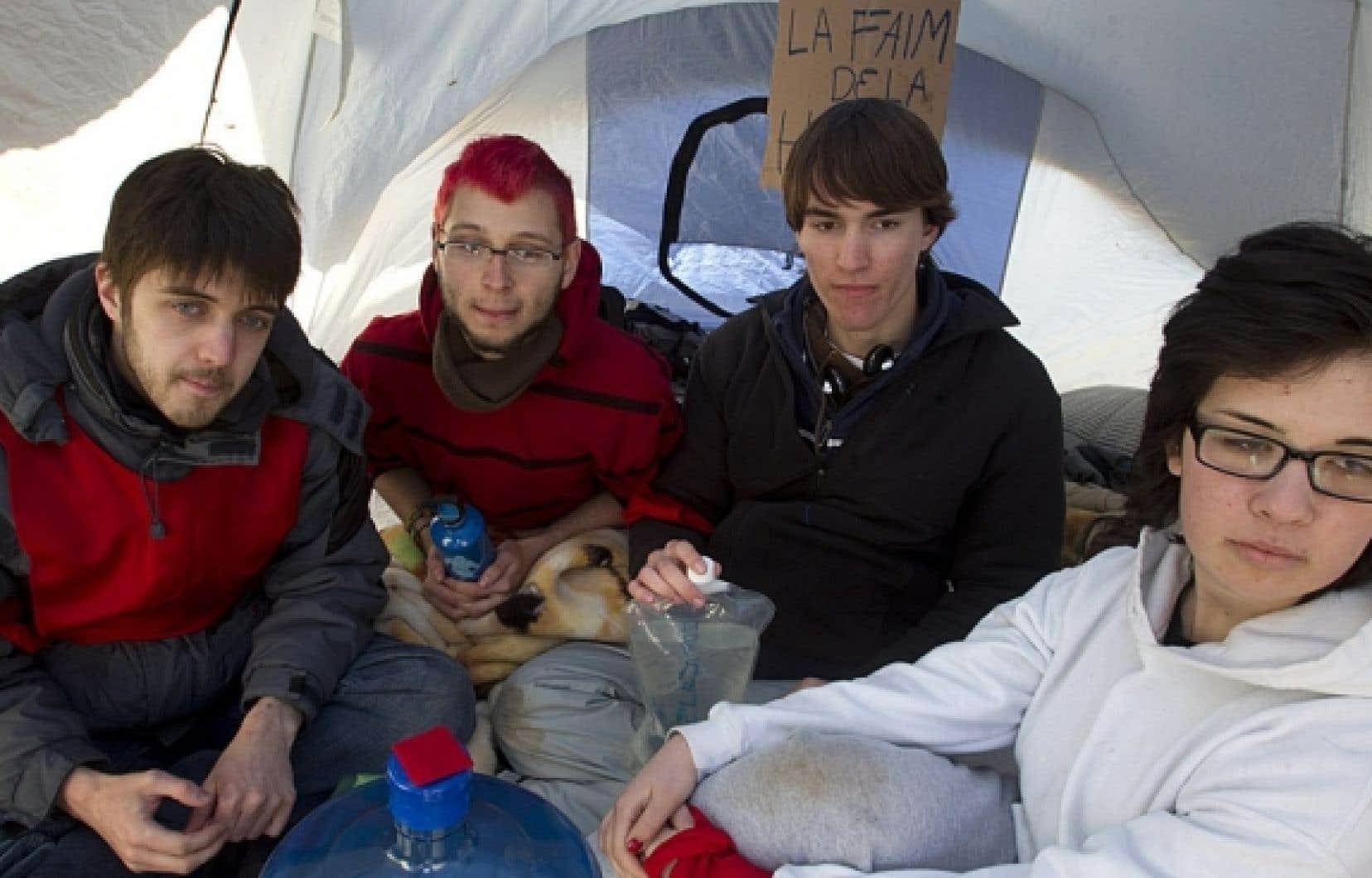 Des étudiants du Collège Édouard-Montpetit à Longueuil ont décidé d'amorcer un mouvement de grève de la faim. Des étudiants ont décidé de se relayer pour des cycles de privation de 48 heures. Sur la photo, Olivier Melancon, Rémi Thériault, Françis Robindaine Duchesne et Sakina Guessous.