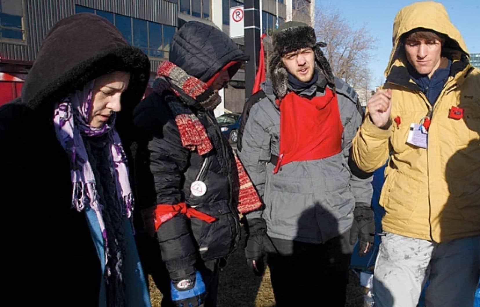 Des étudiants ont entamé une grève de la faim devant les bureaux montréalais de la ministre de l'Éducation, Line Beauchamp.<br />