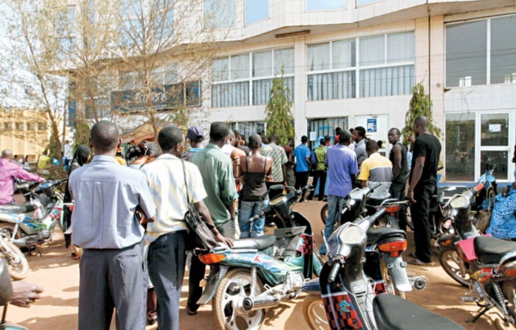 Des Maliens ont fait la file hier, à Bamako, pour retirer de l'argent de la banque au cas où la situation s'envenimerait davantage.
