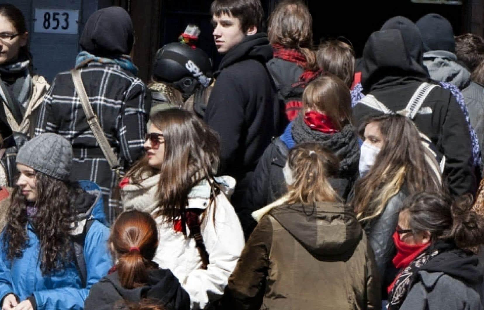 Des &eacute;tudiants de l&rsquo;Universit&eacute; McGill, manifestant hier devant leur &eacute;tablissement pour d&eacute;noncer la hausse des droits de scolarit&eacute;.<br />