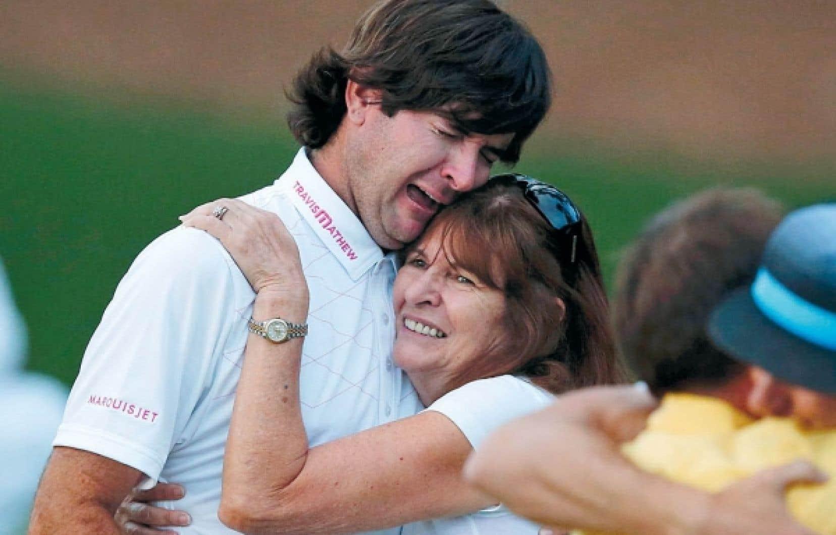 Bubba Watson, en larmes, dans les bras de sa mère, dimanche. <br />