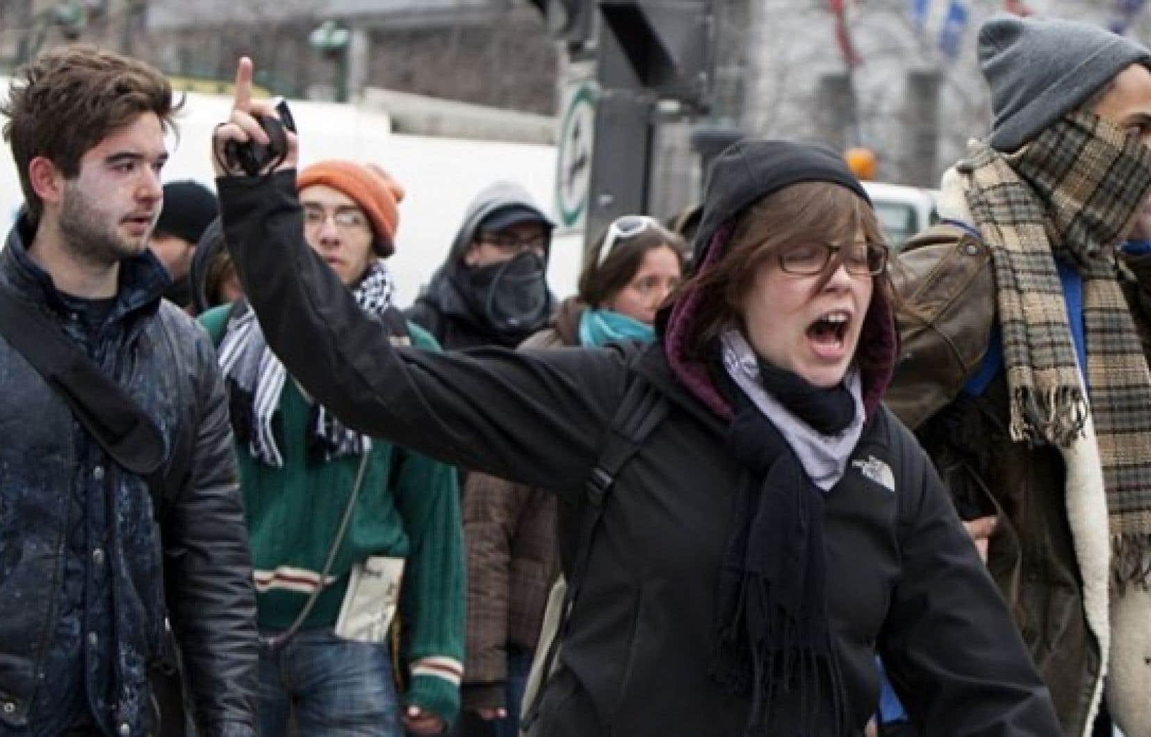 Les policiers ont dispersé ce matin les quelques dizaines d'étudiants qui bloquaient l'entrée d'un immeuble de la Banque Nationale situé sur la rue de la Gauchetière Ouest, à Montréal.