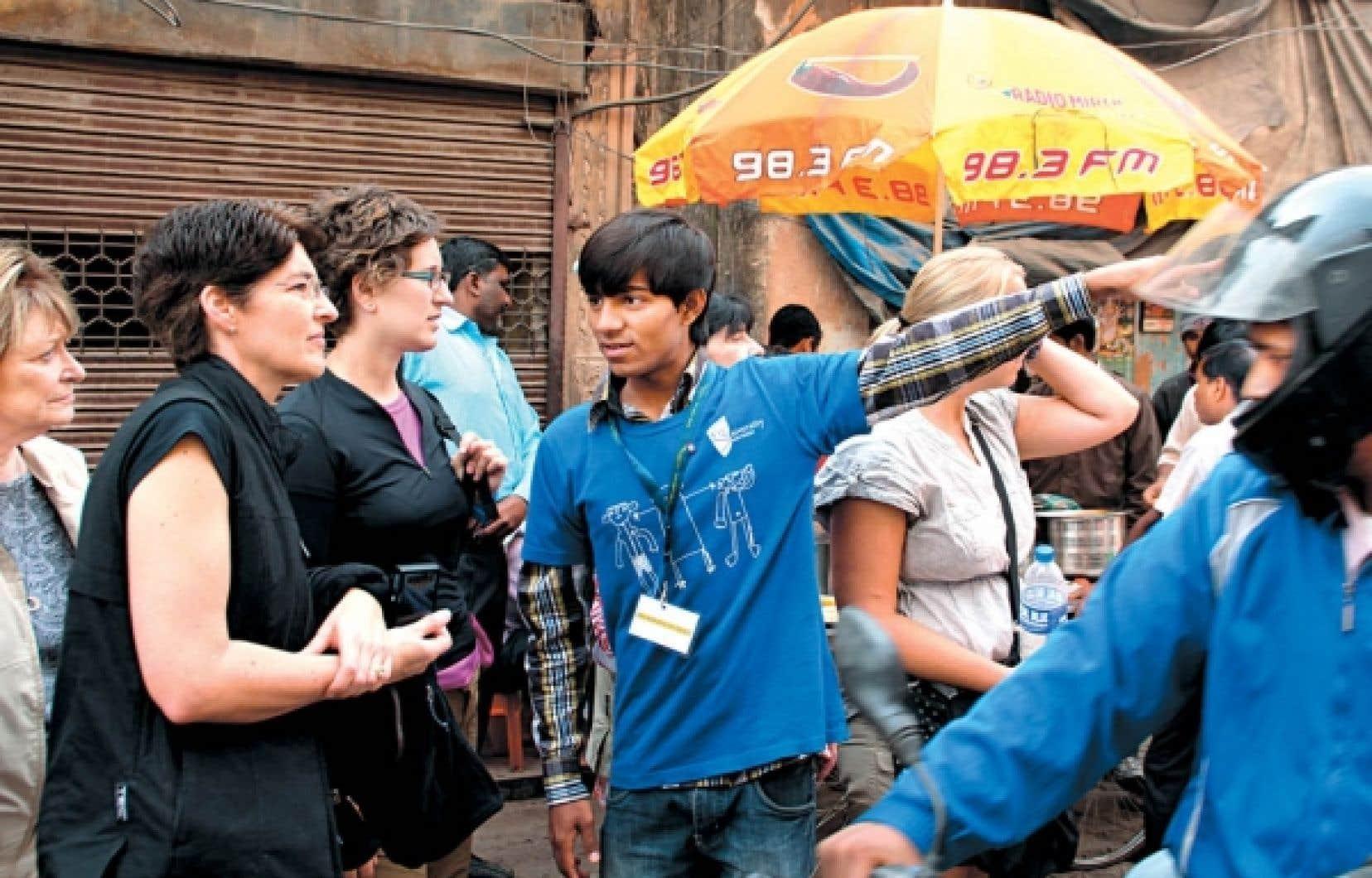 Tariq Aziz, un ancien enfant de la rue, fait découvrir aux touristes l'univers des petits sans-abri de Delhi.<br />