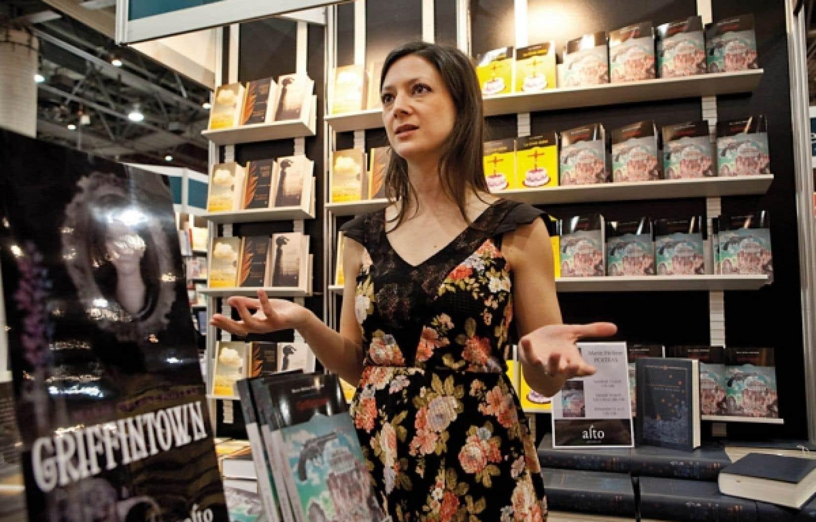 Les chevaux de ville représentent un patrimoine vivant, rappelle l'auteure Marie Hélène Poitras, qui était au Salon du livre de Québec pour y présenter son roman Griffintow.<br />