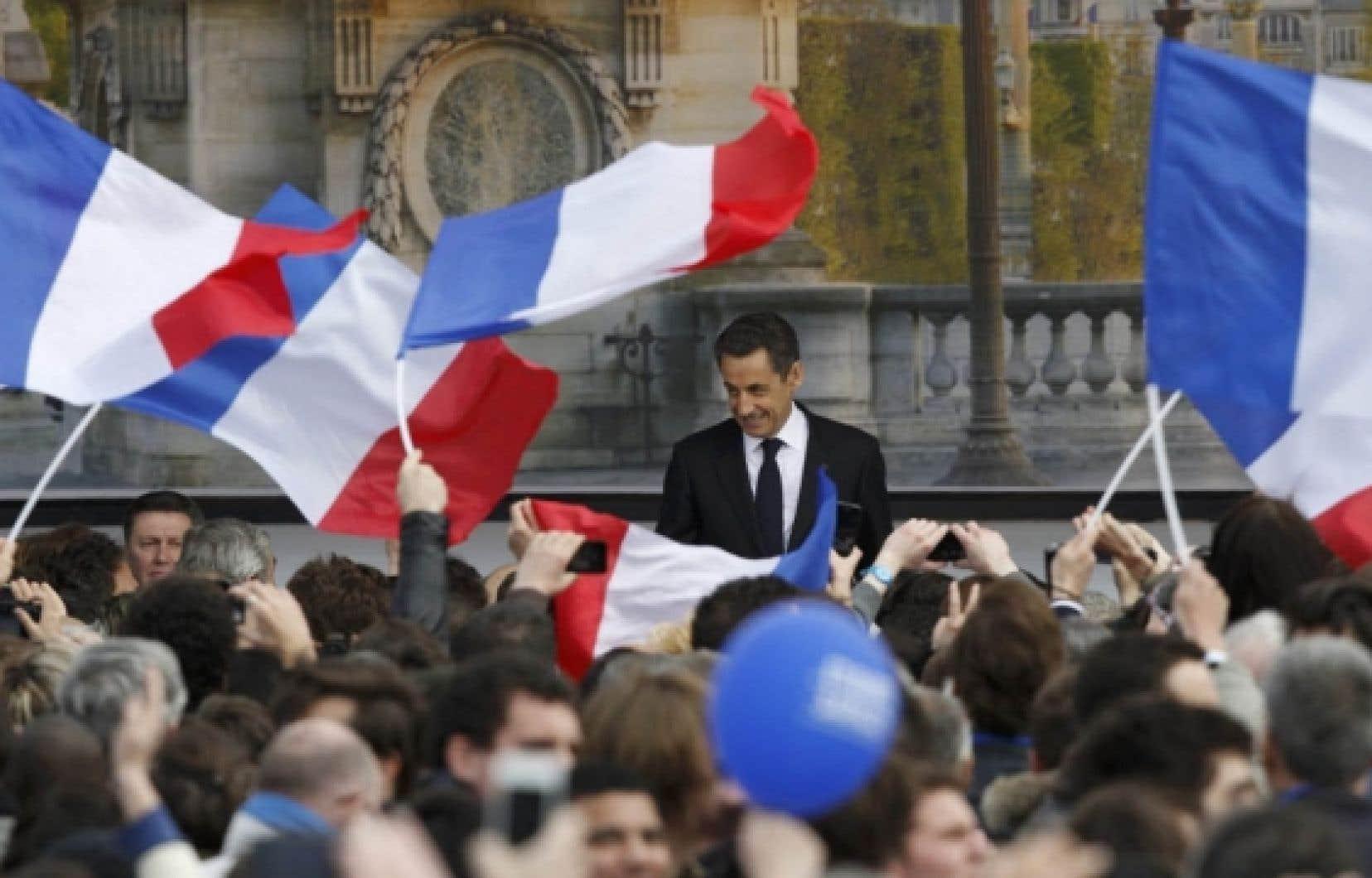 Nicolas Sarkozy, place de la Concorde, hier, lors d'un grand rassemblement de l'UMP. Le président sortant est en baisse dans les milieux populaires, qui avaient assuré sa victoire en 2007.<br />