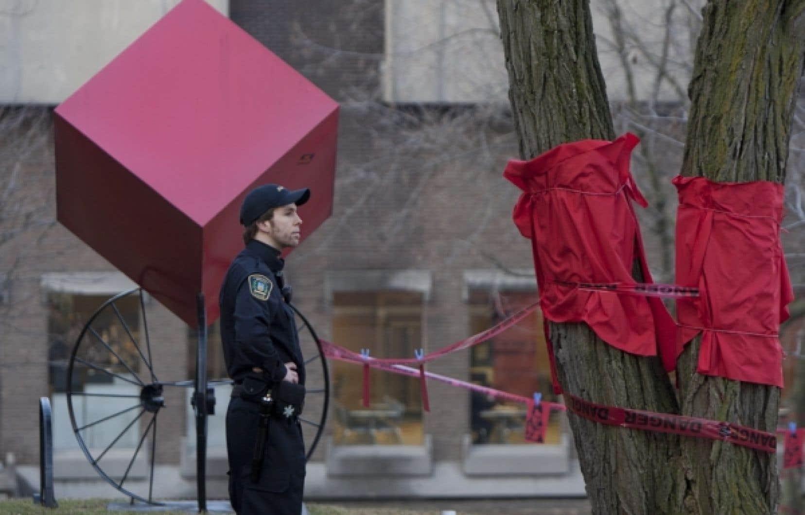 Des gardiens de sécurité sillonnent le campus de l'Université de Montréal. Une situation que des étudiants qualifient d'intimidante.<br />
